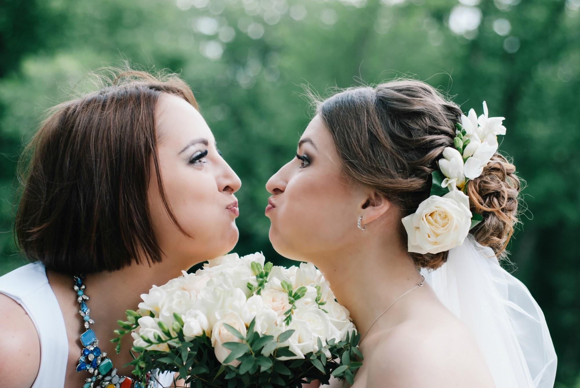 Невеста и подружка надули щеки - Фотограф Киев - Женя Лайт
