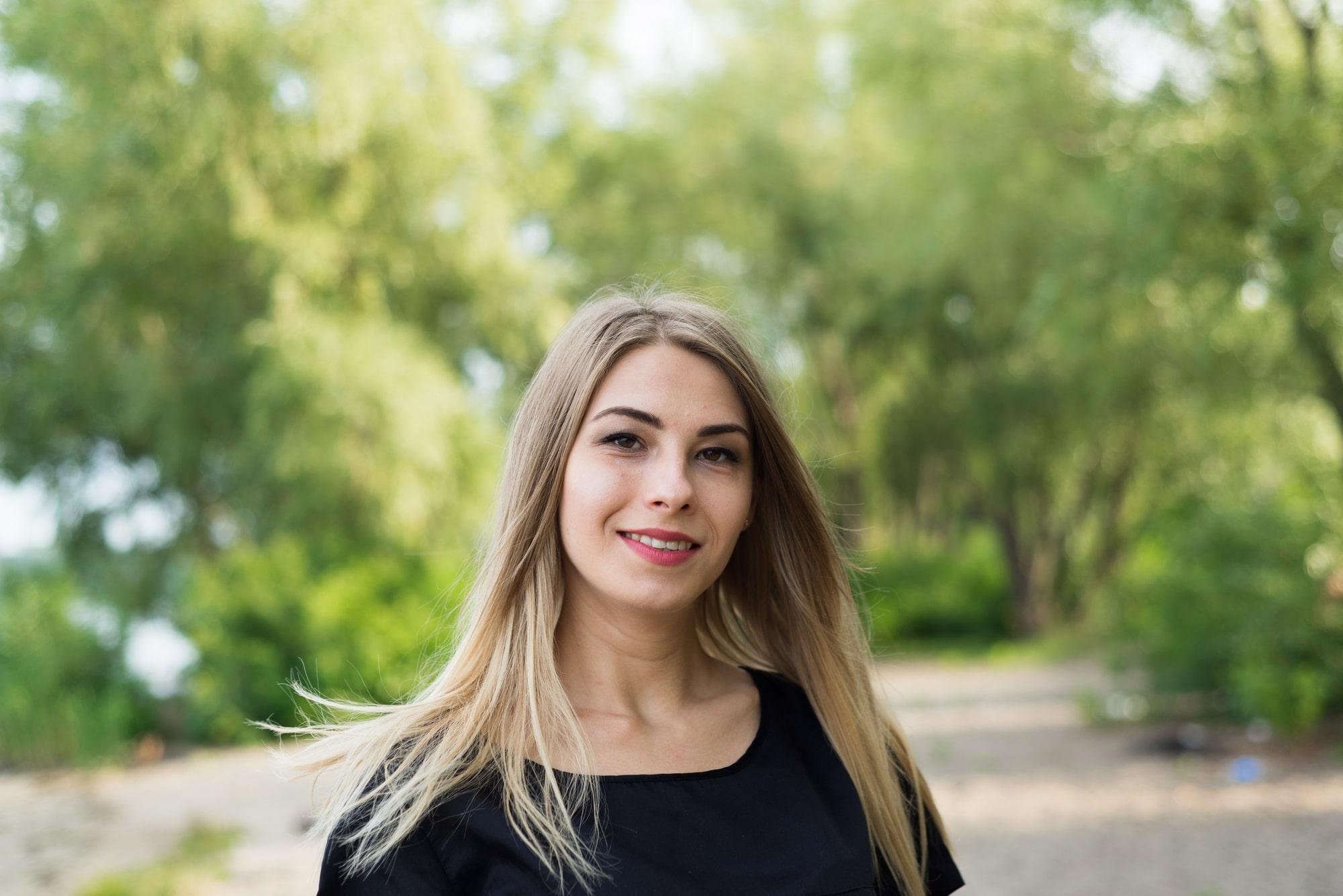 Фотосессия Love Story в Киеве - фото красивой девушки летом