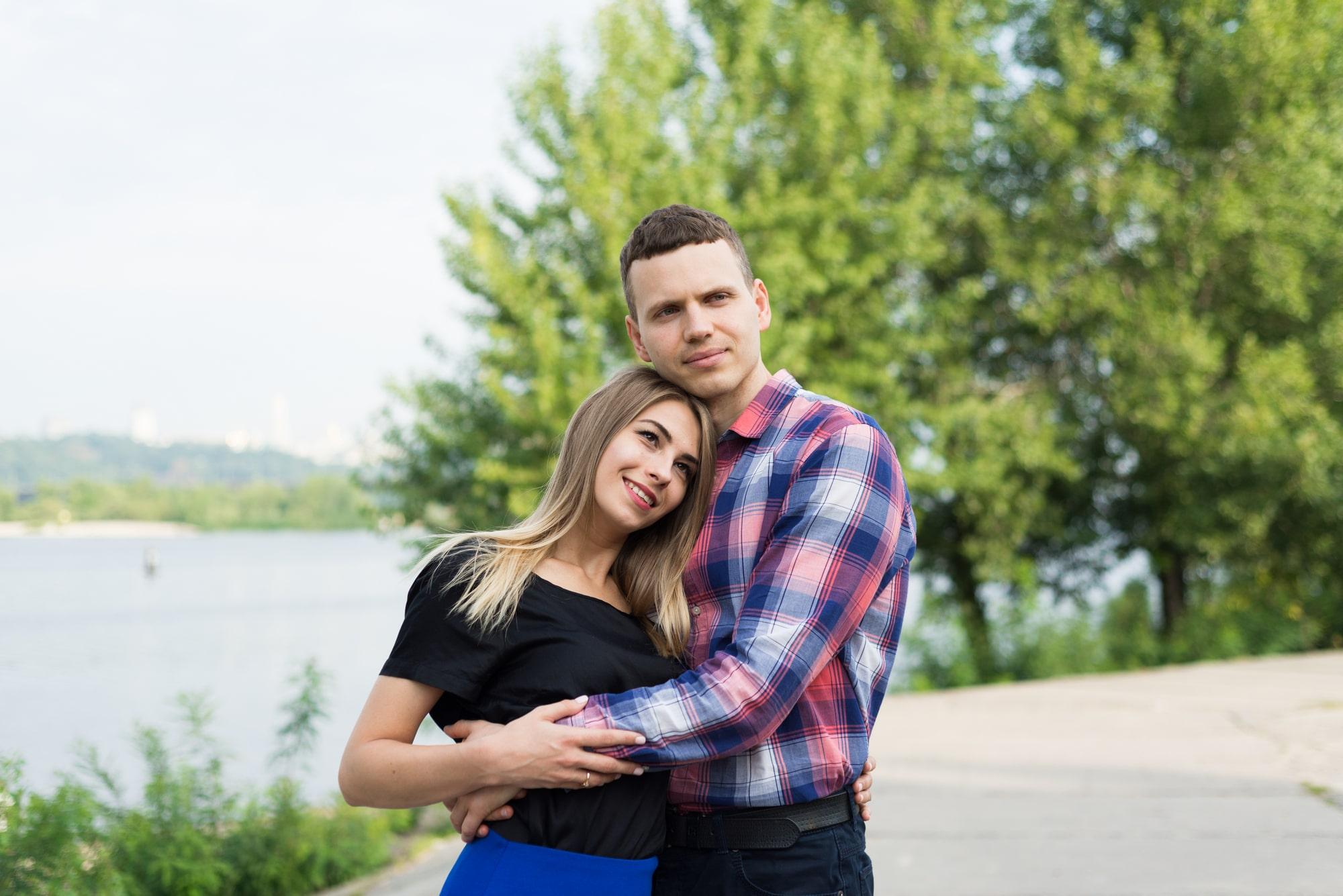 Фотосессия Love Story в Киеве - парень обнял девушку