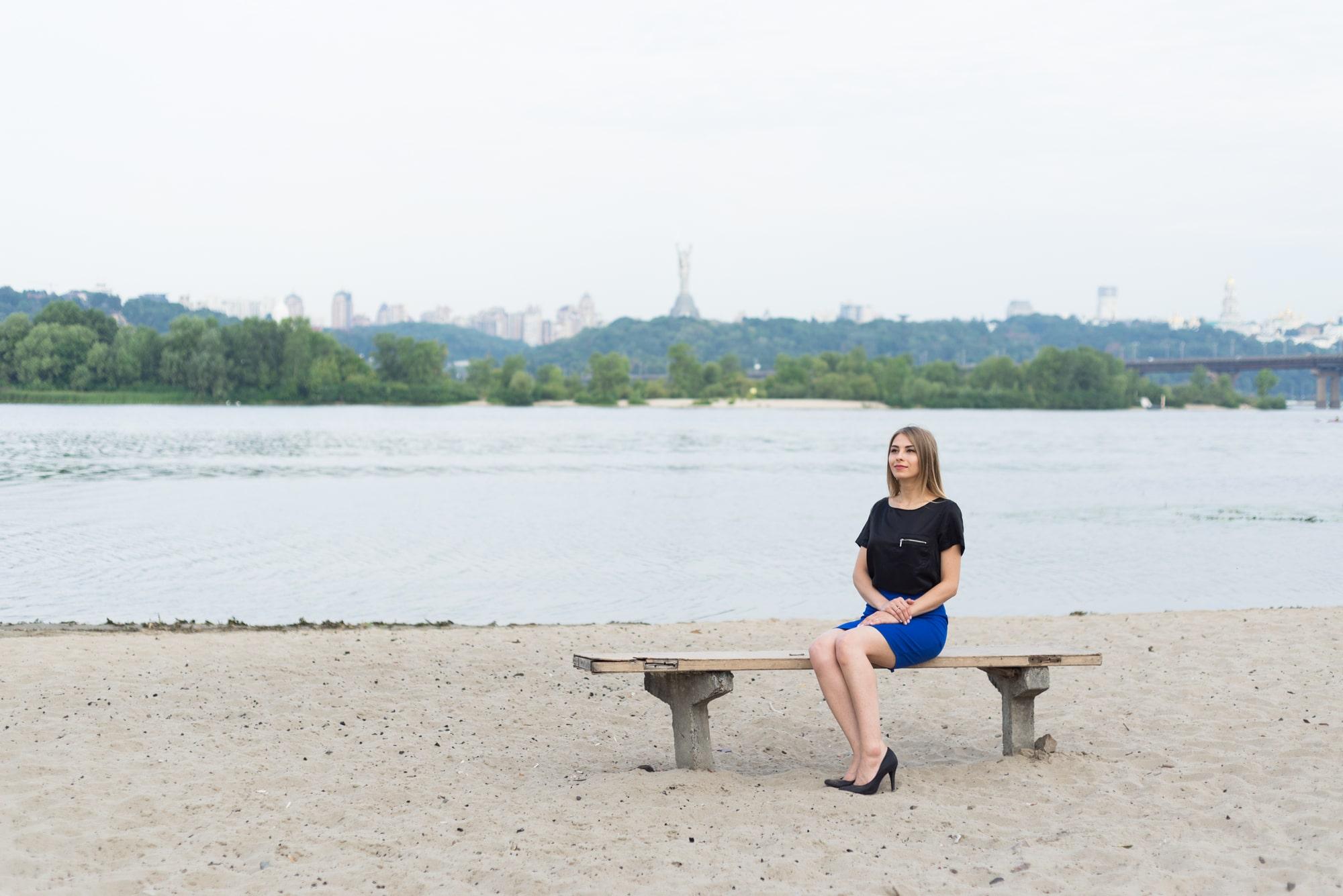 Фотосессия Love Story в Киеве - фотография девушки на скамье