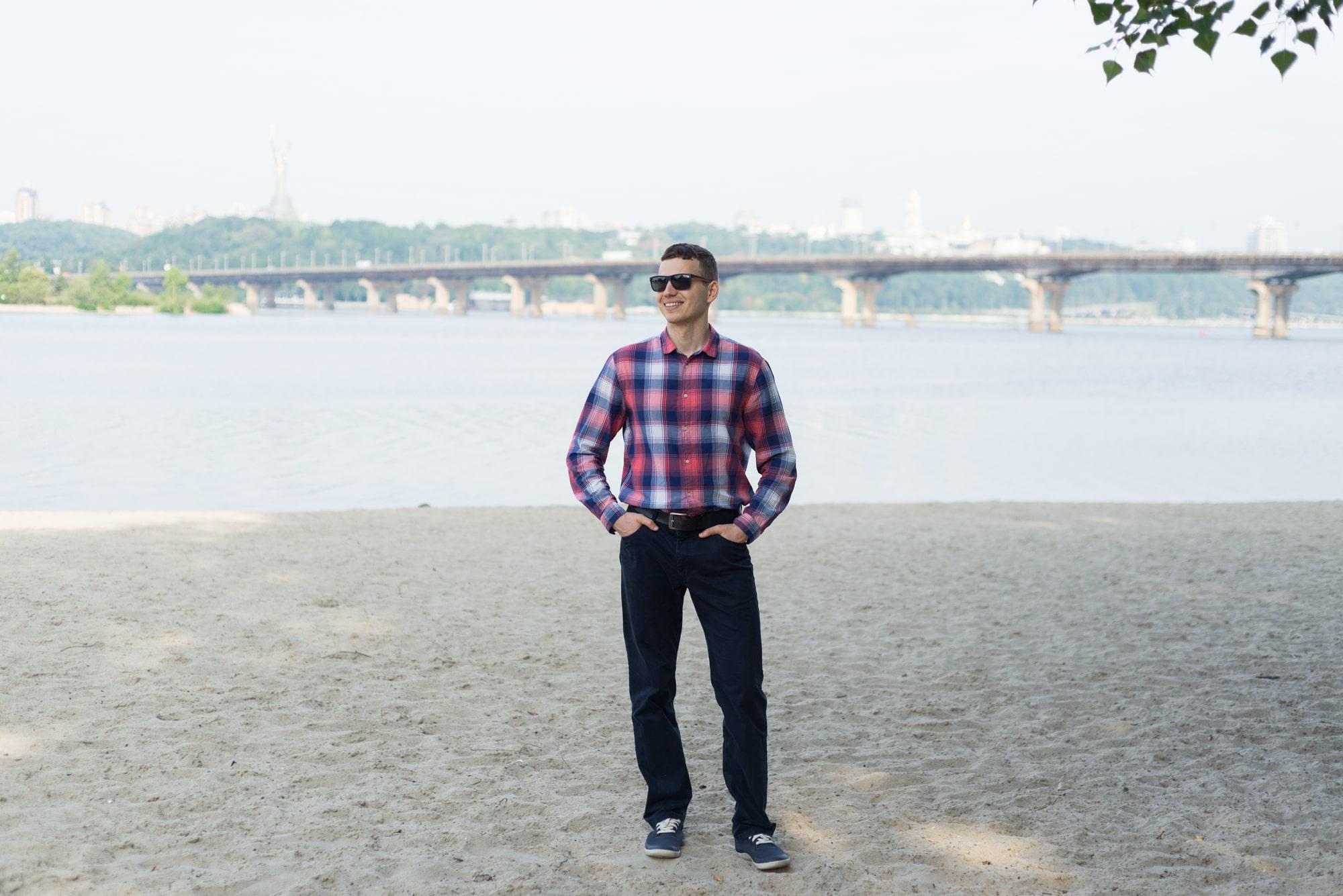 Фотосессия Love Story в Киеве - фотография парня возле реки