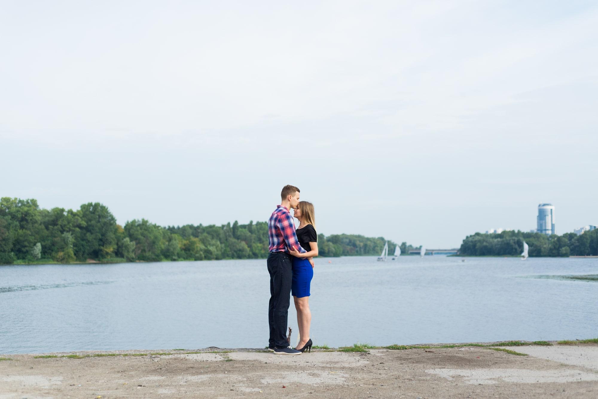Фотосессия Love Story в Киеве - обнимашки возле реки