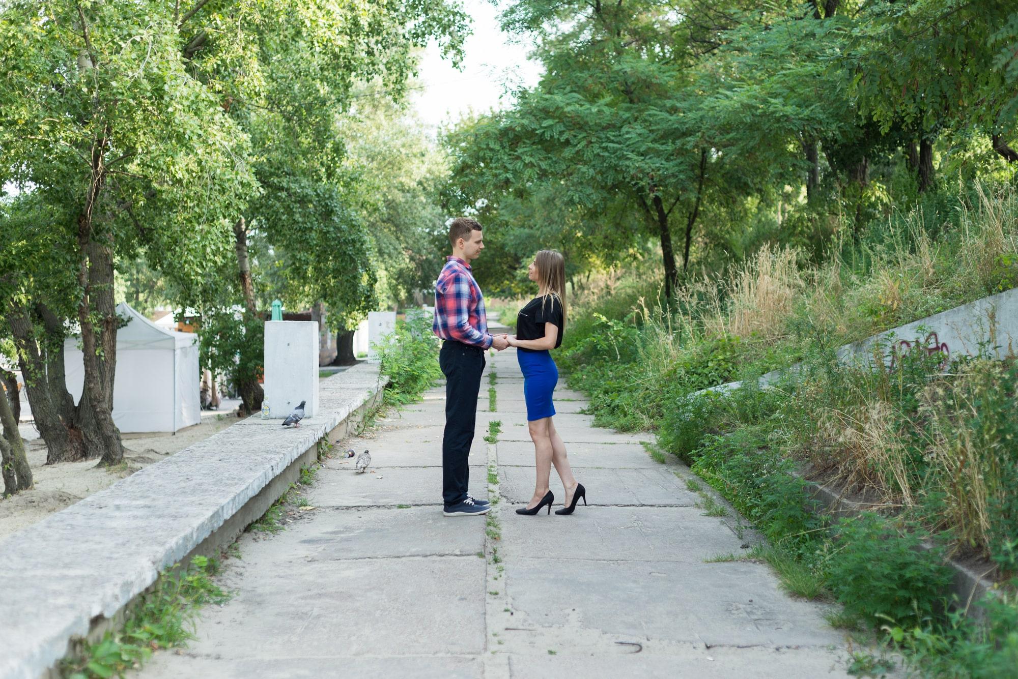 Фотосессия Love Story в Киеве - пара держится за руки