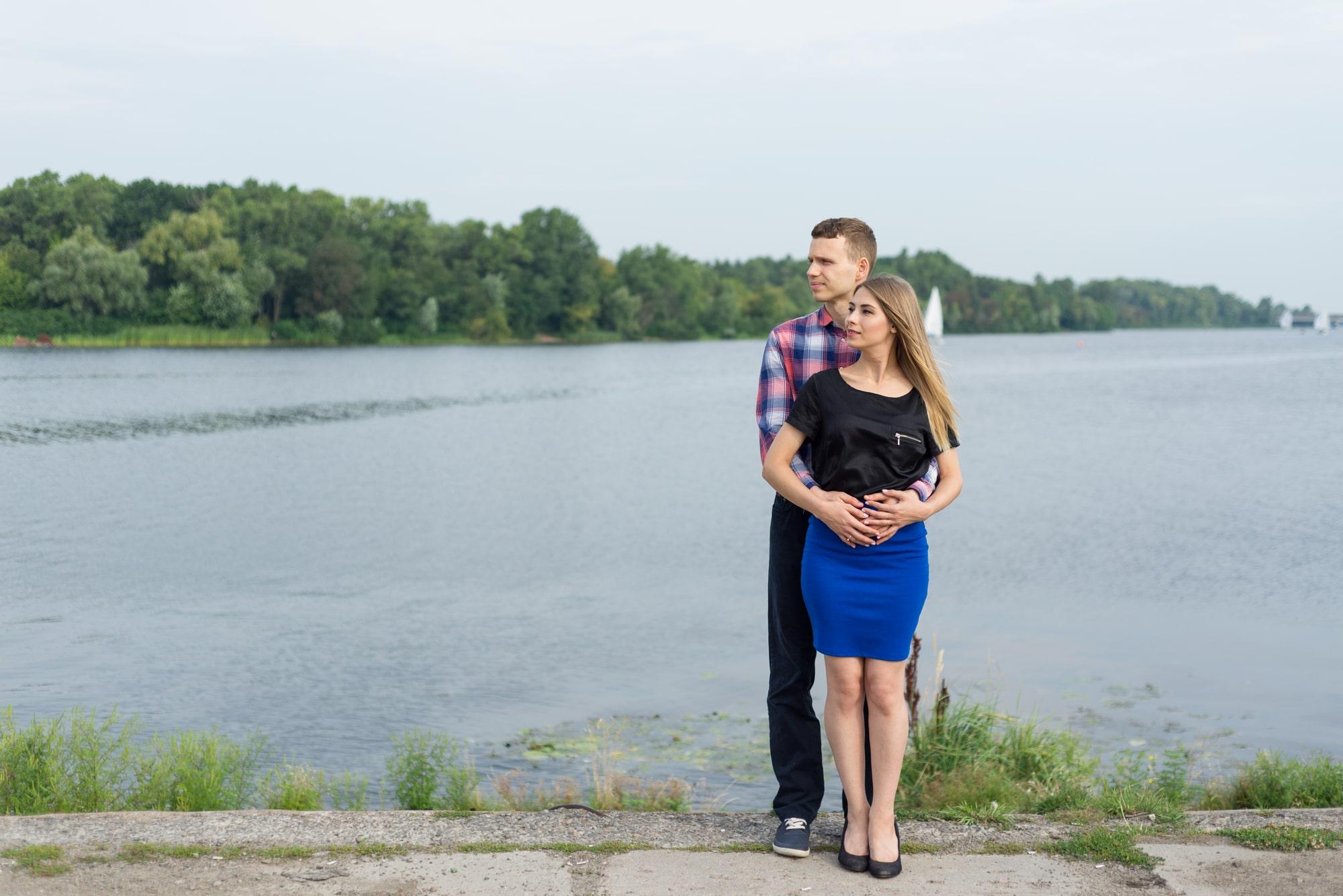 Фотосессия Love Story в Киеве - объятия на набережной
