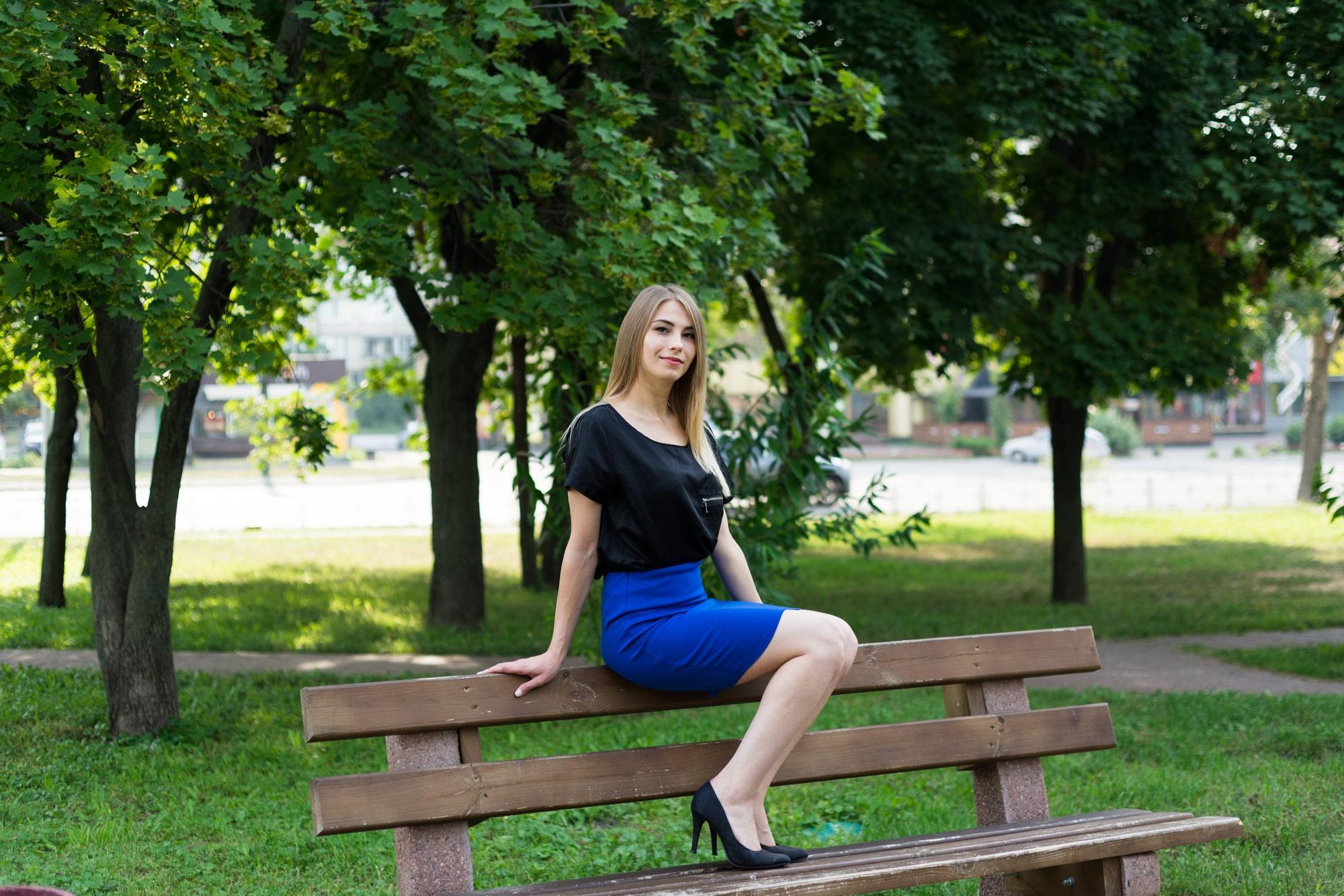Фотосессия Love Story в Киеве - девушка ждет парня на скамейке