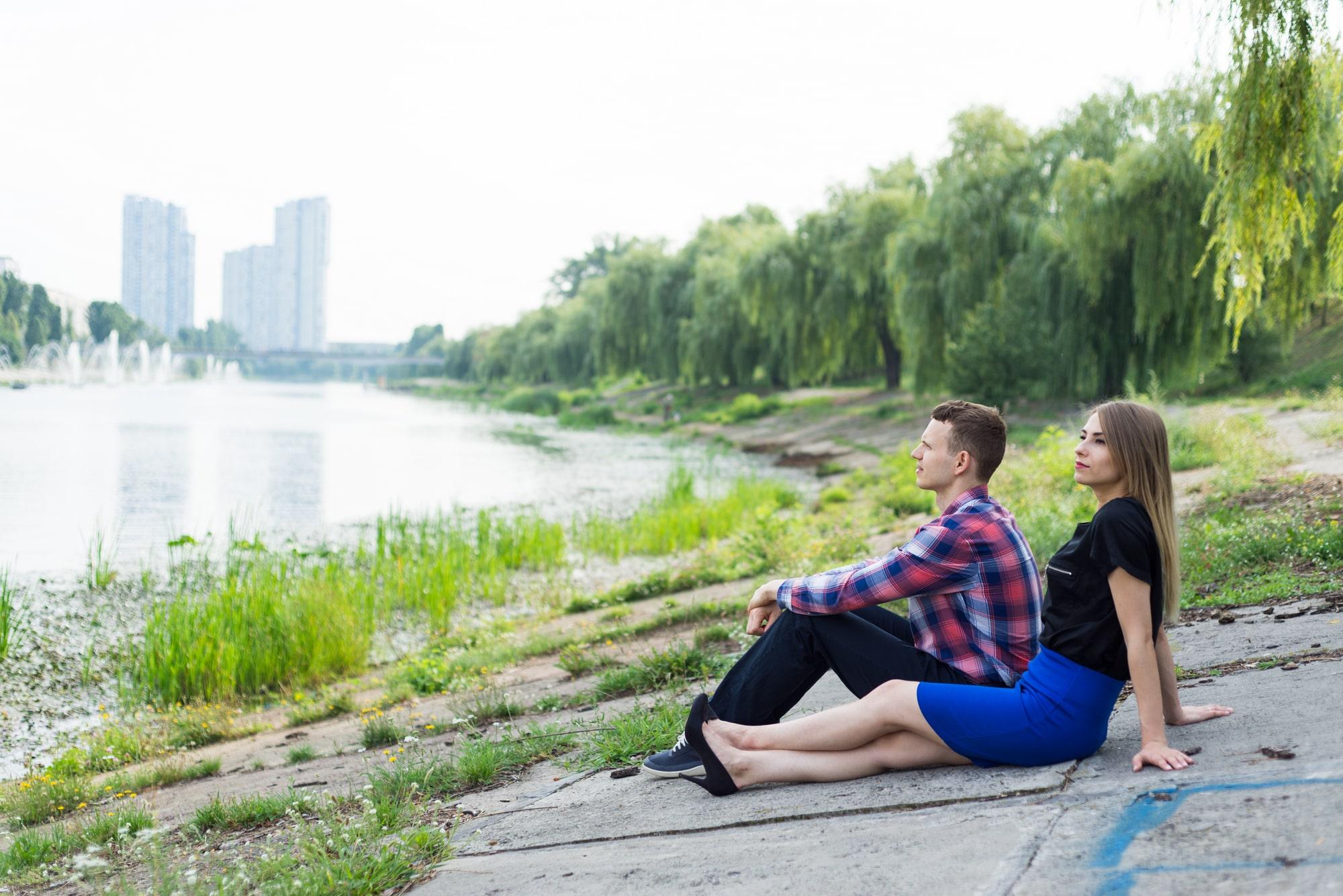 Фотосессия Love Story в Киеве - двое сидят возле реки