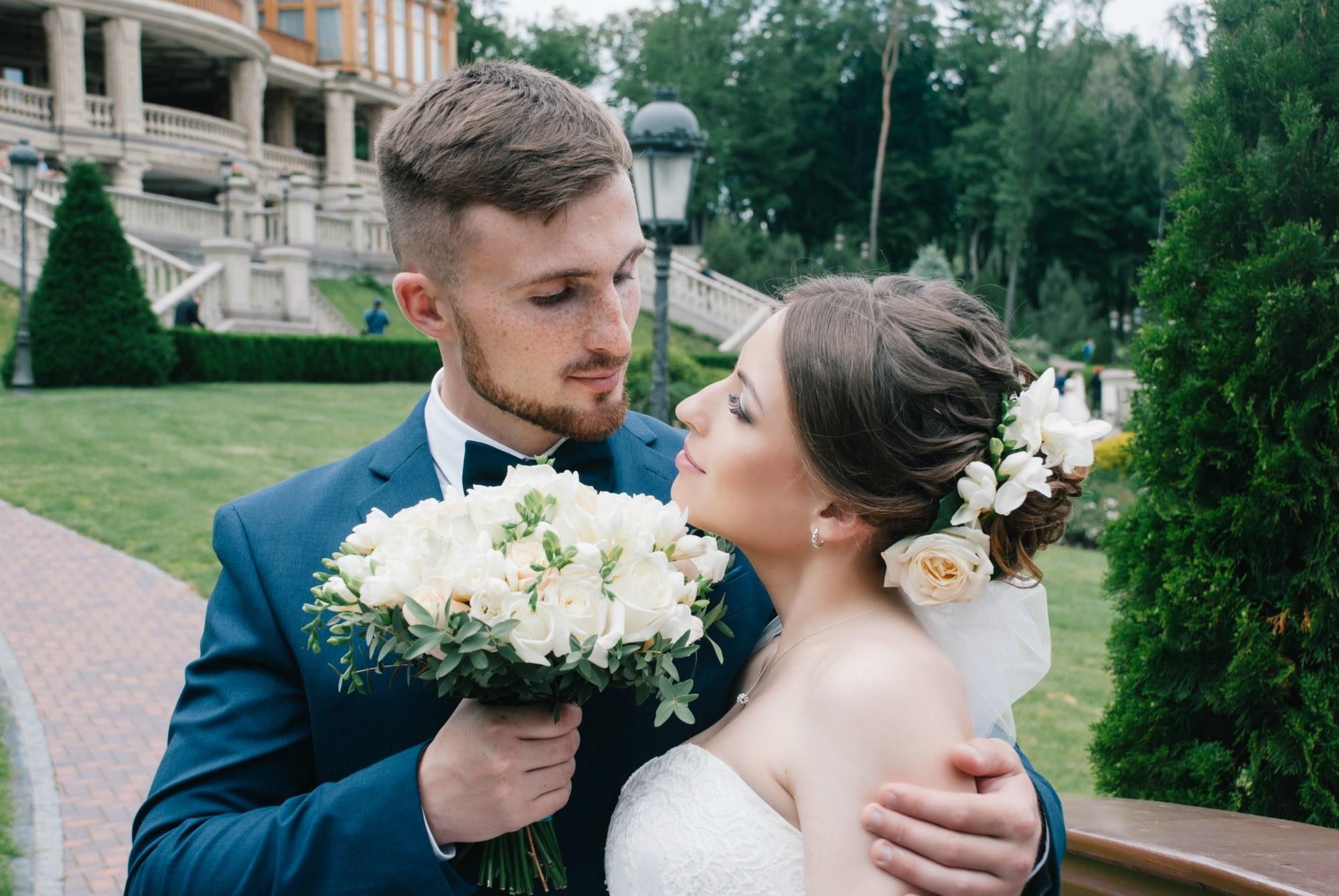 Жених дарит букет невесте - Фотограф Киев - Женя Лайт
