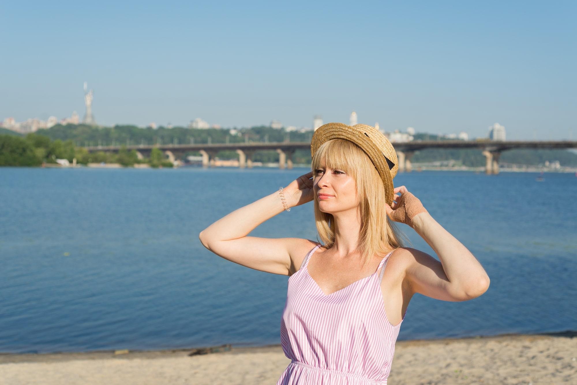 Фотосессия девушки возле реки Днепр - в соломенной шляпке