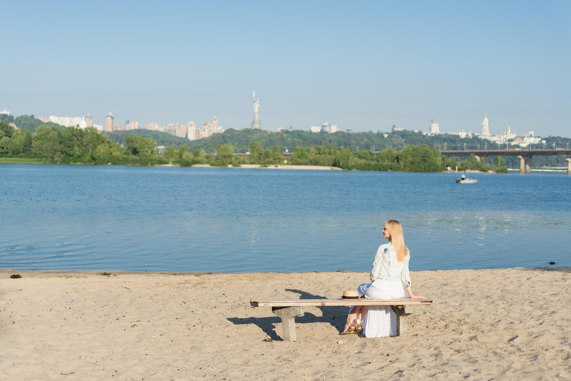 Фотосессия девушки возле реки Днепр - на скамейке
