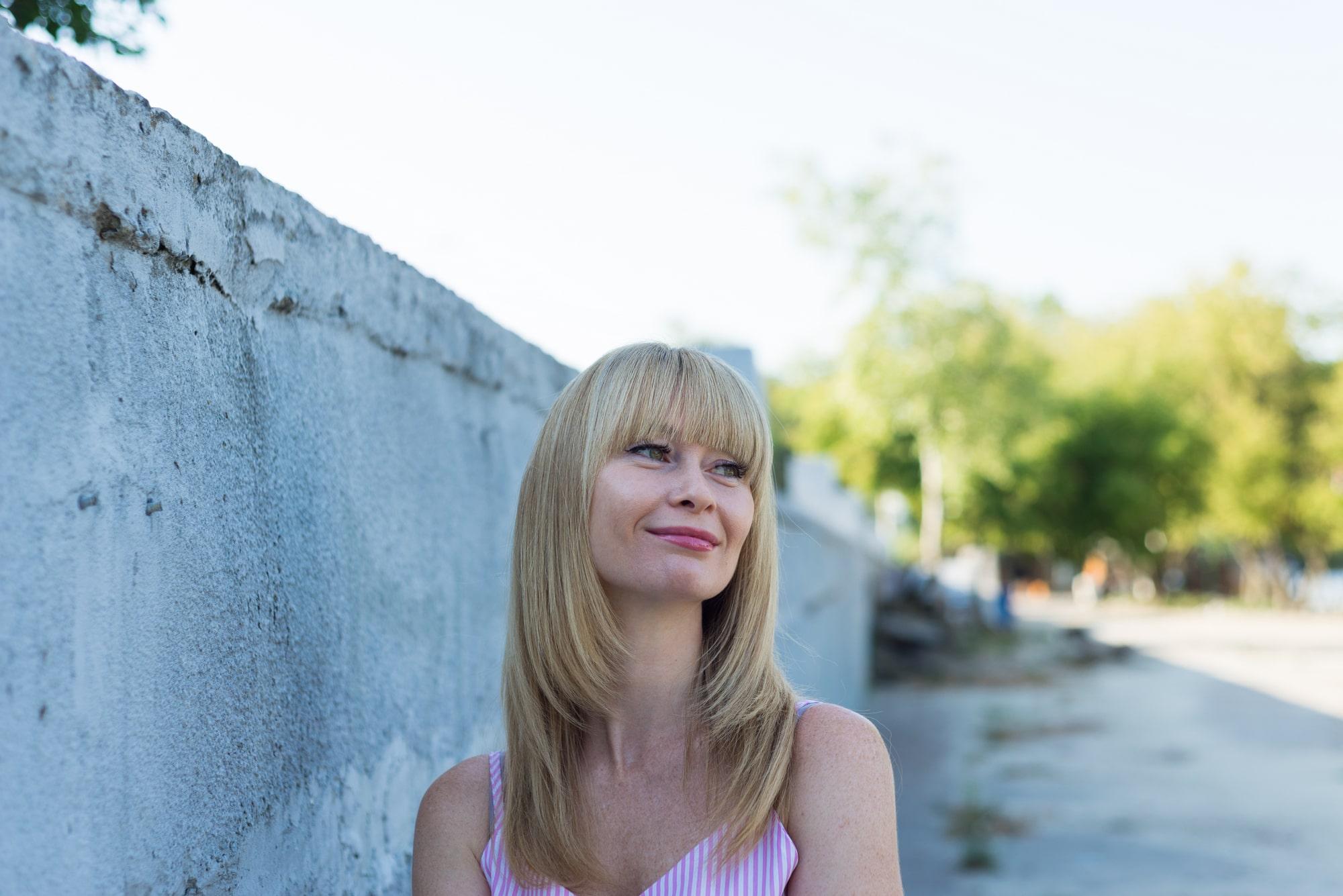 Фотосессия девушки возле реки Днепр - романтический взгляд