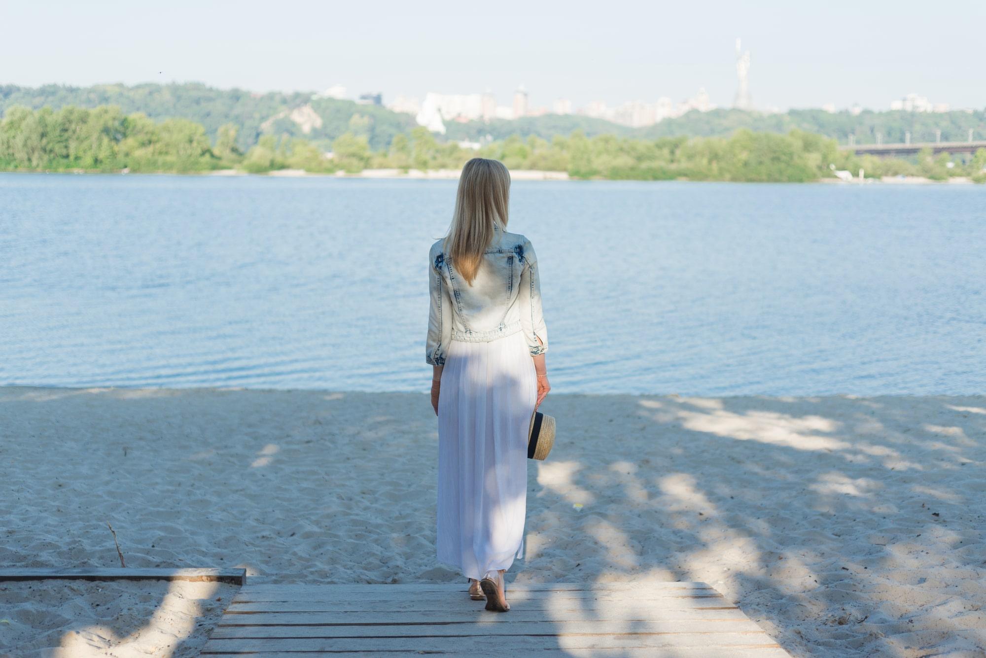 Фотосессия девушки возле реки Днепр - спиной к фотографу