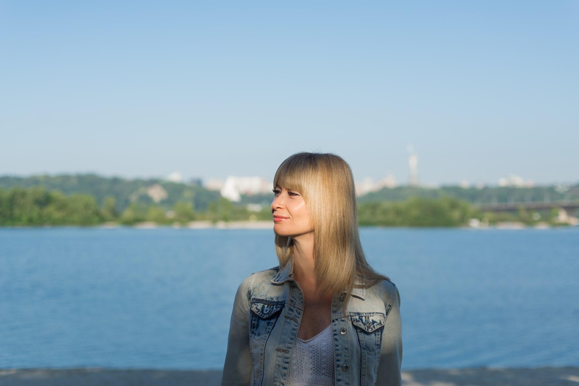 Фотосессия девушки возле реки Днепр - в лучах солнца