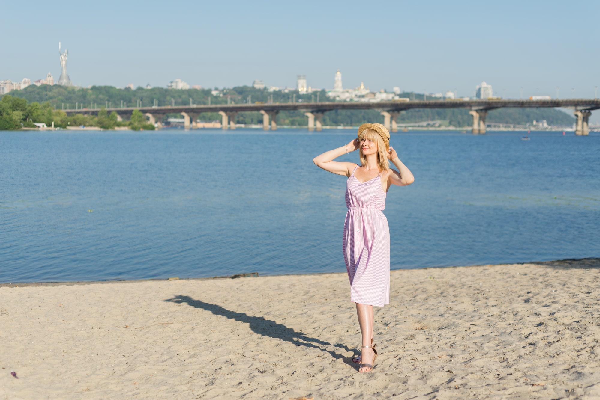 Фотосессия девушки возле реки Днепр - на песке