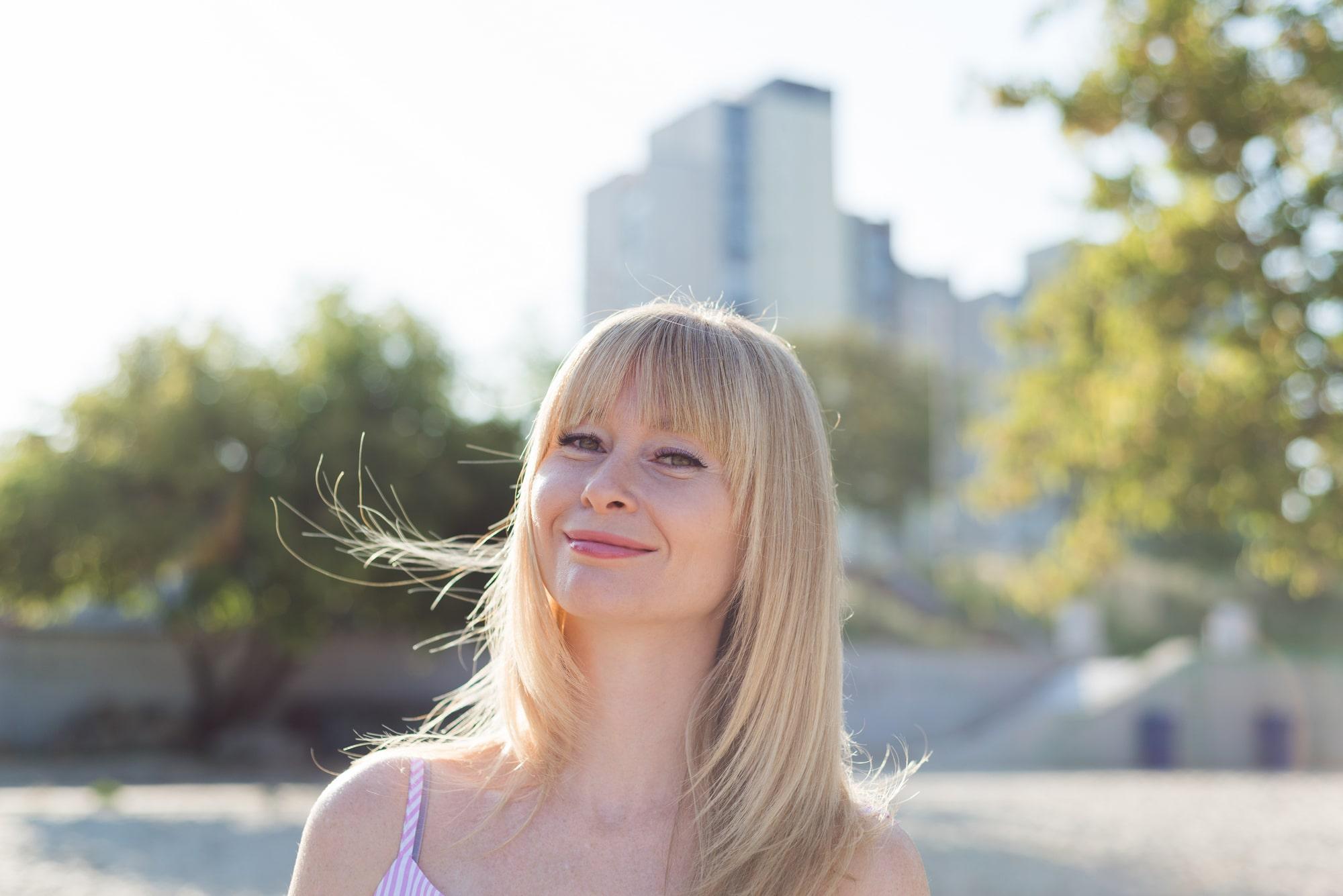 Фотосессия девушки возле реки Днепр - солнечная улыбка