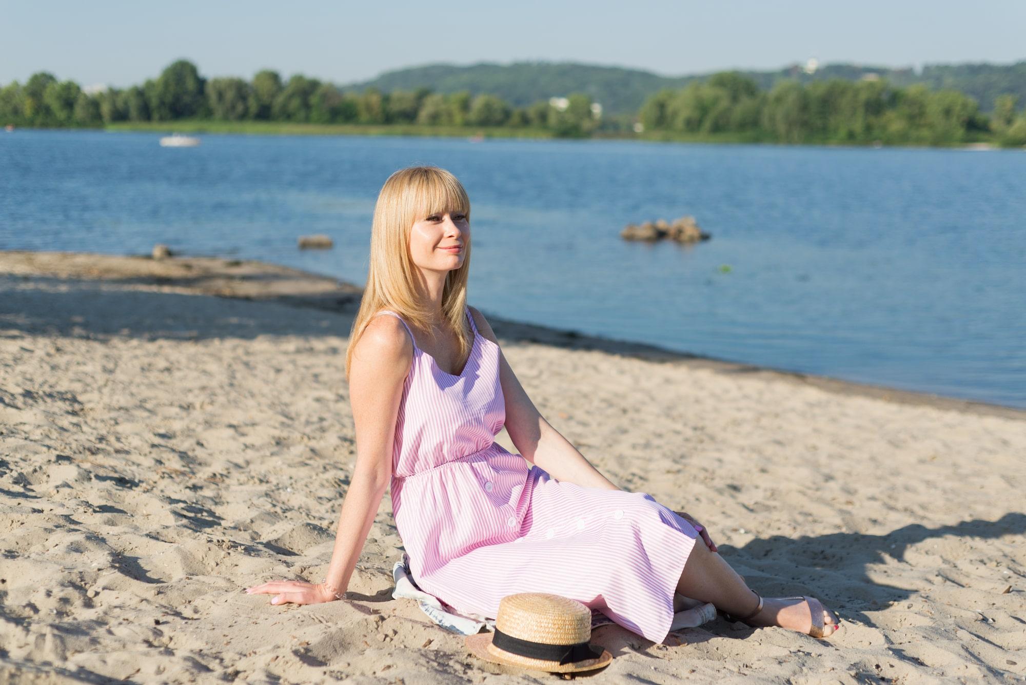 Фотосессия девушки возле реки Днепр - розовое платье