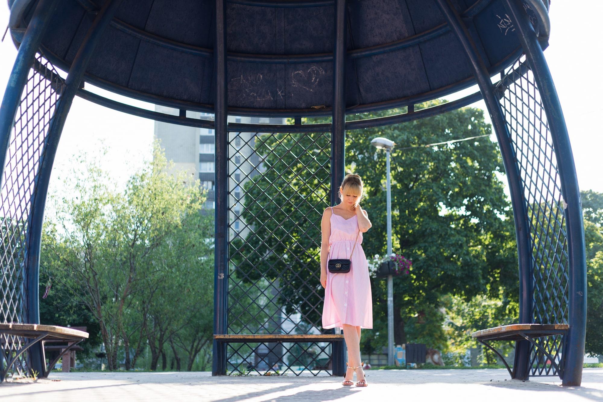 Фотосессия девушки возле реки Днепр - в беседке