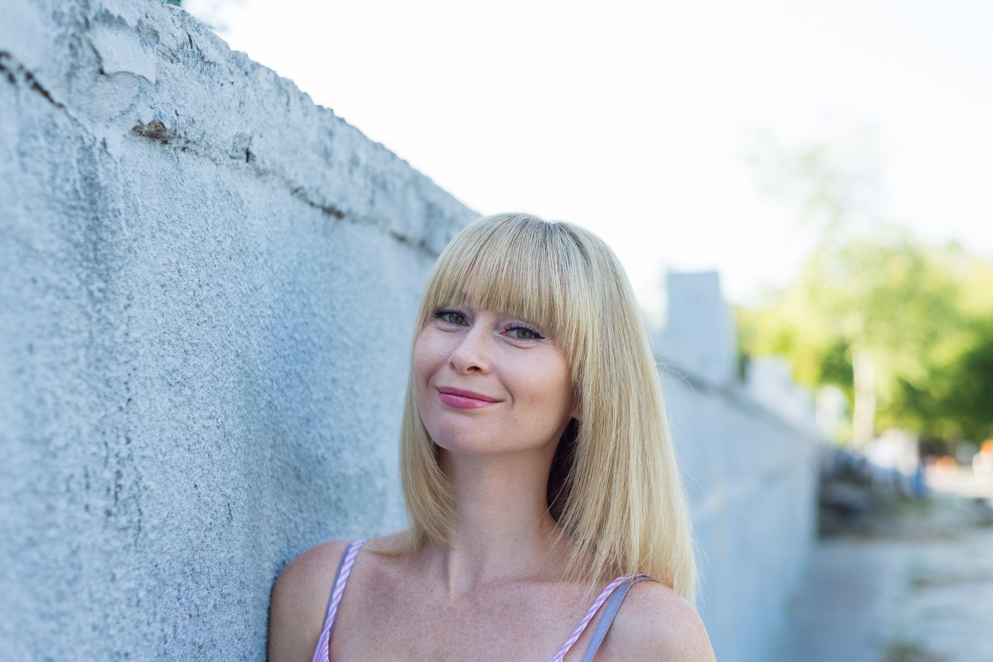 Фотосессия девушки возле реки Днепр - возле стены