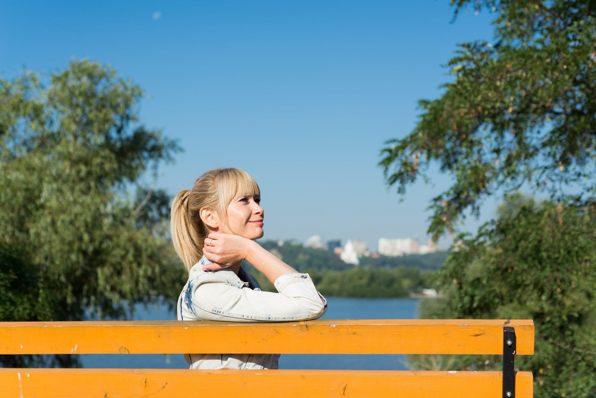Фотосессия девушки возле реки Днепр - на оранжевой скамейке