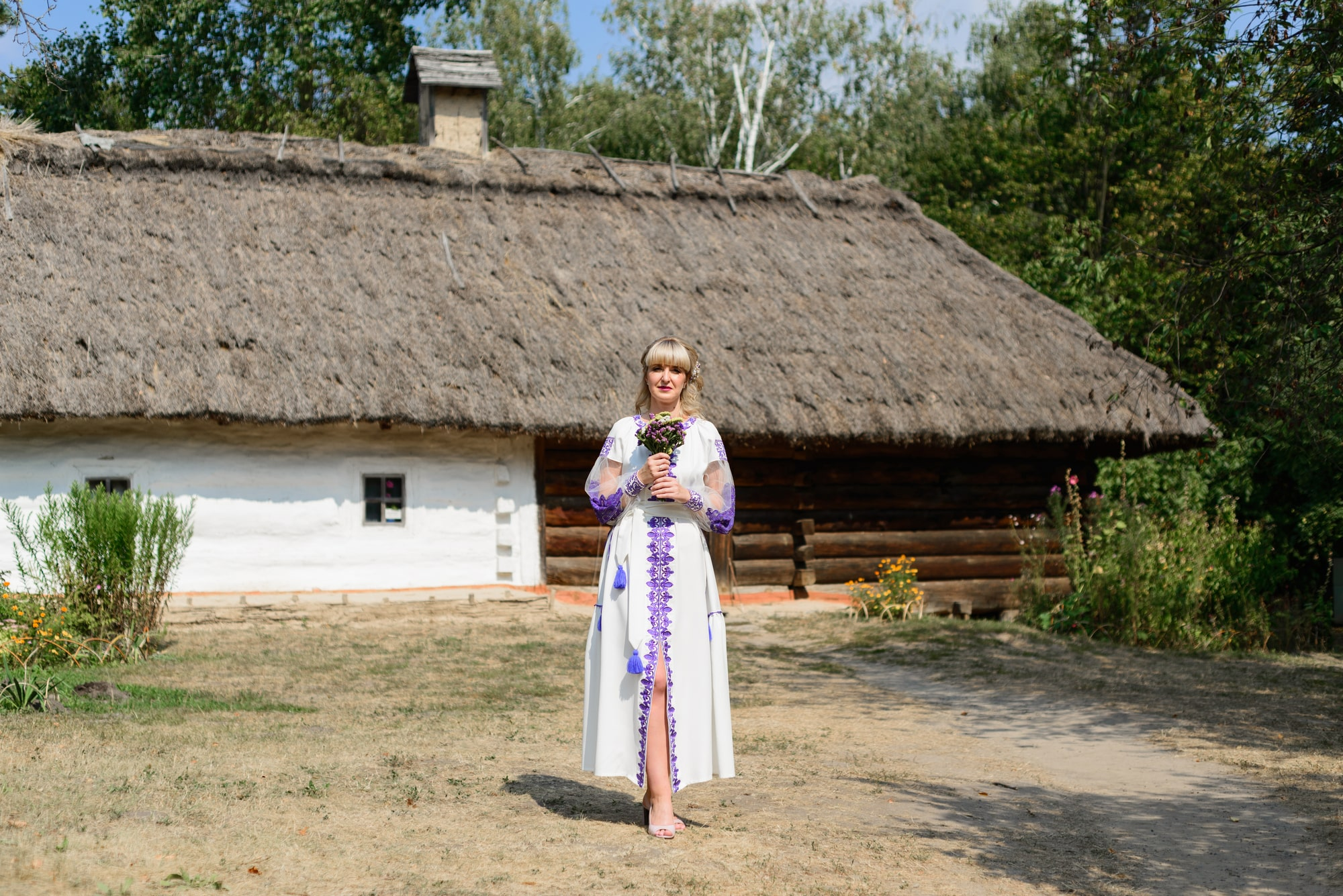 Свадебная фотосессия в Пирогово - невеста с букетом