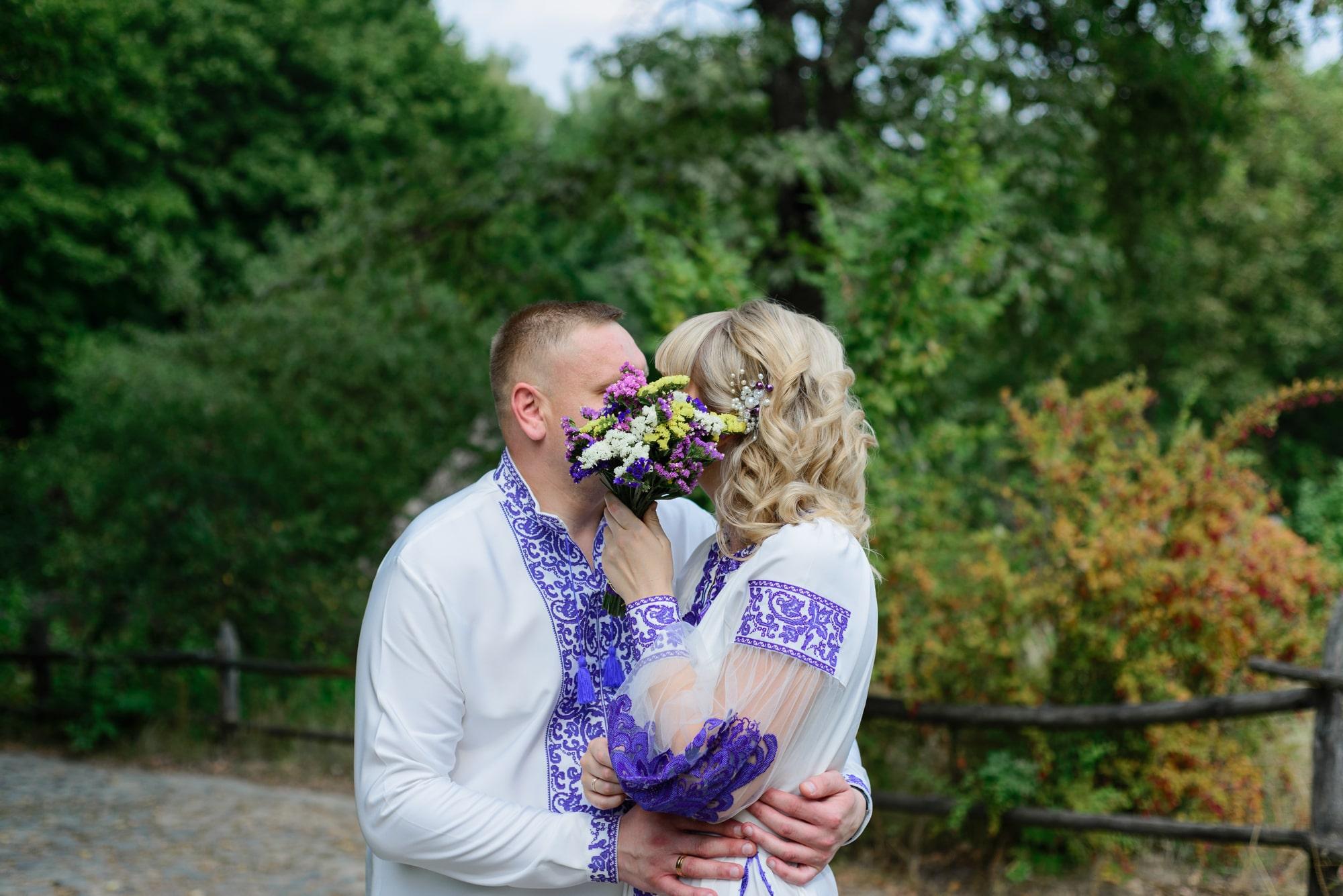 Свадебная фотосессия в Пирогово - поцелуй скрытый букетом
