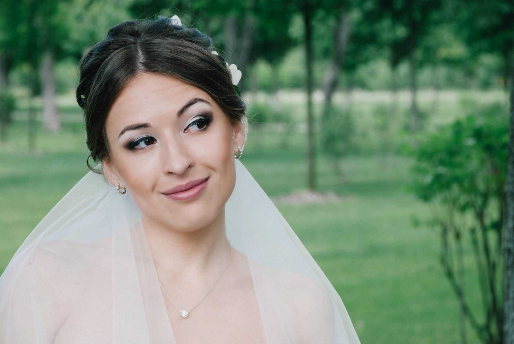 Невеста улыбается и смотрит вдаль - Фотограф Киев - Женя Лайт