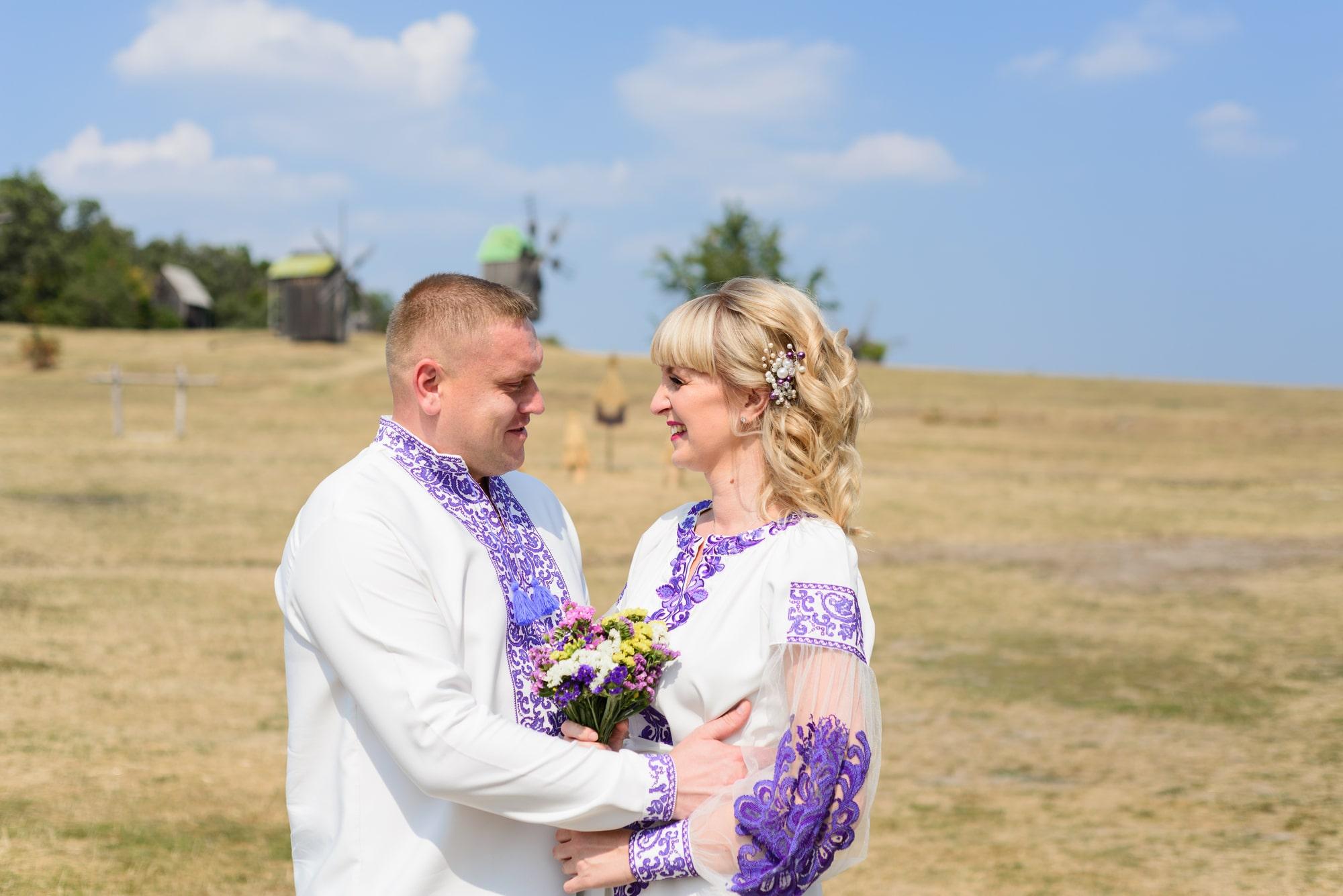Свадебная фотосессия в Пирогово - влюбленные в поле