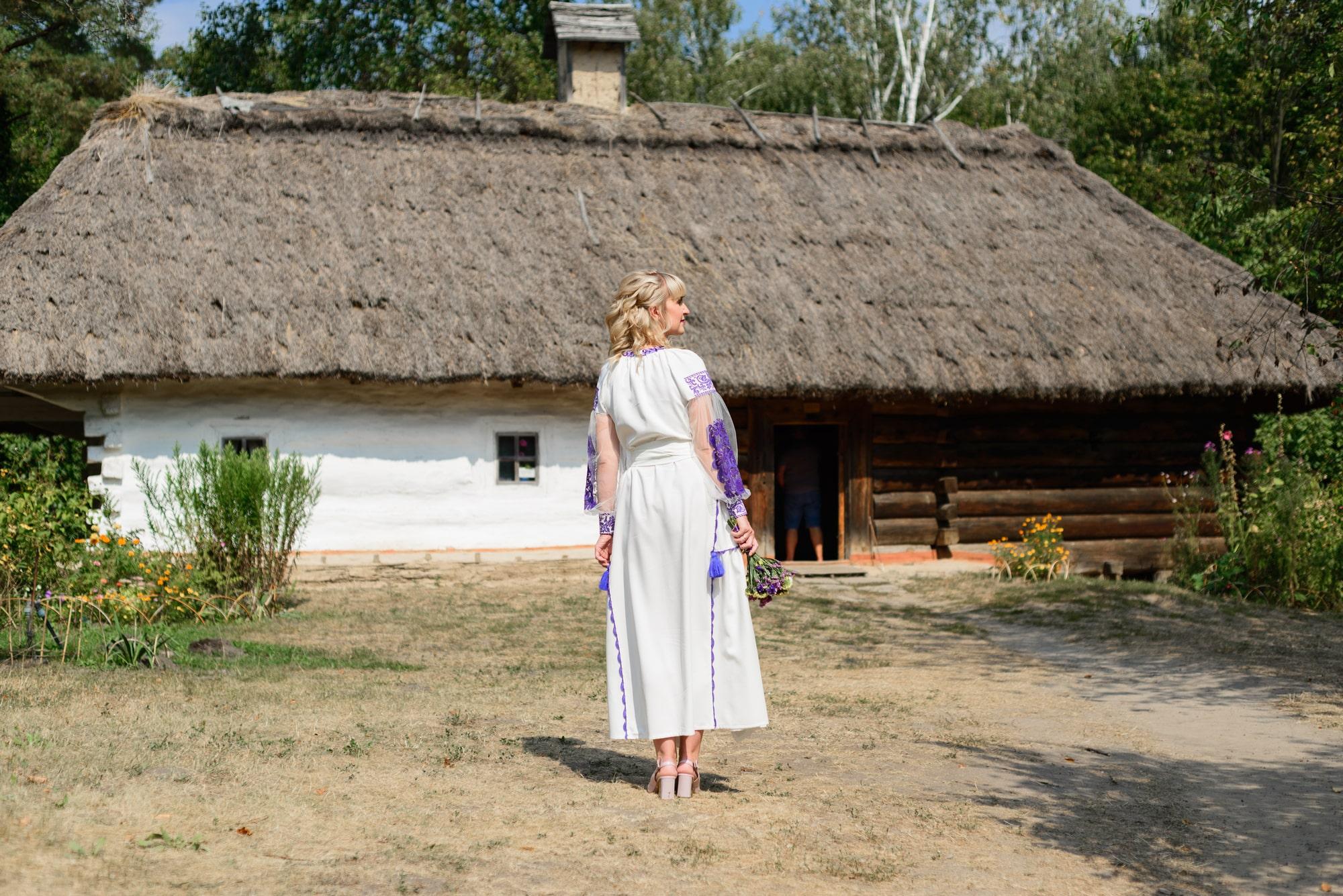 Свадебная фотосессия в Пирогово - девушка возле домика