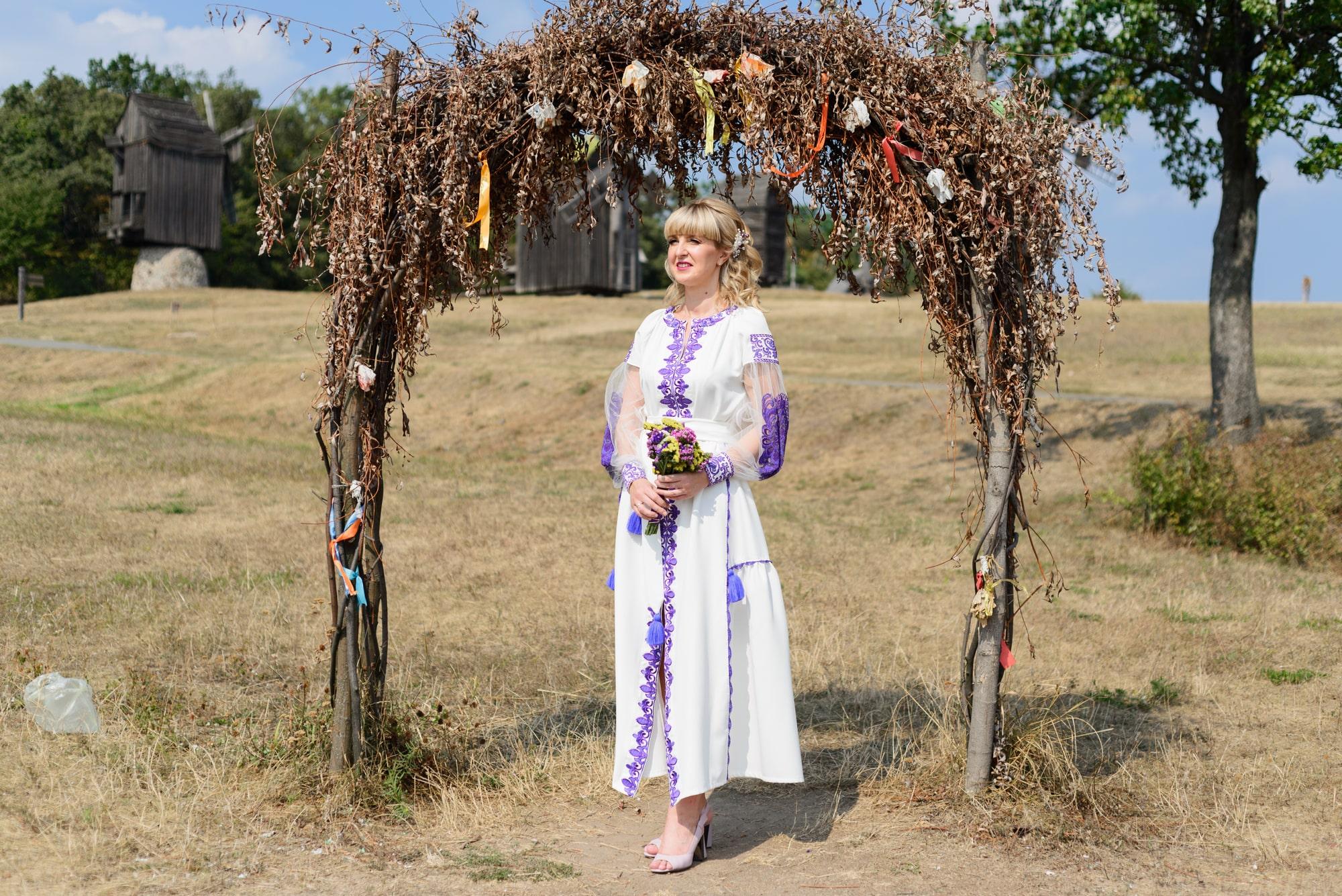 Свадебная фотосессия в Пирогово - невеста возле арки