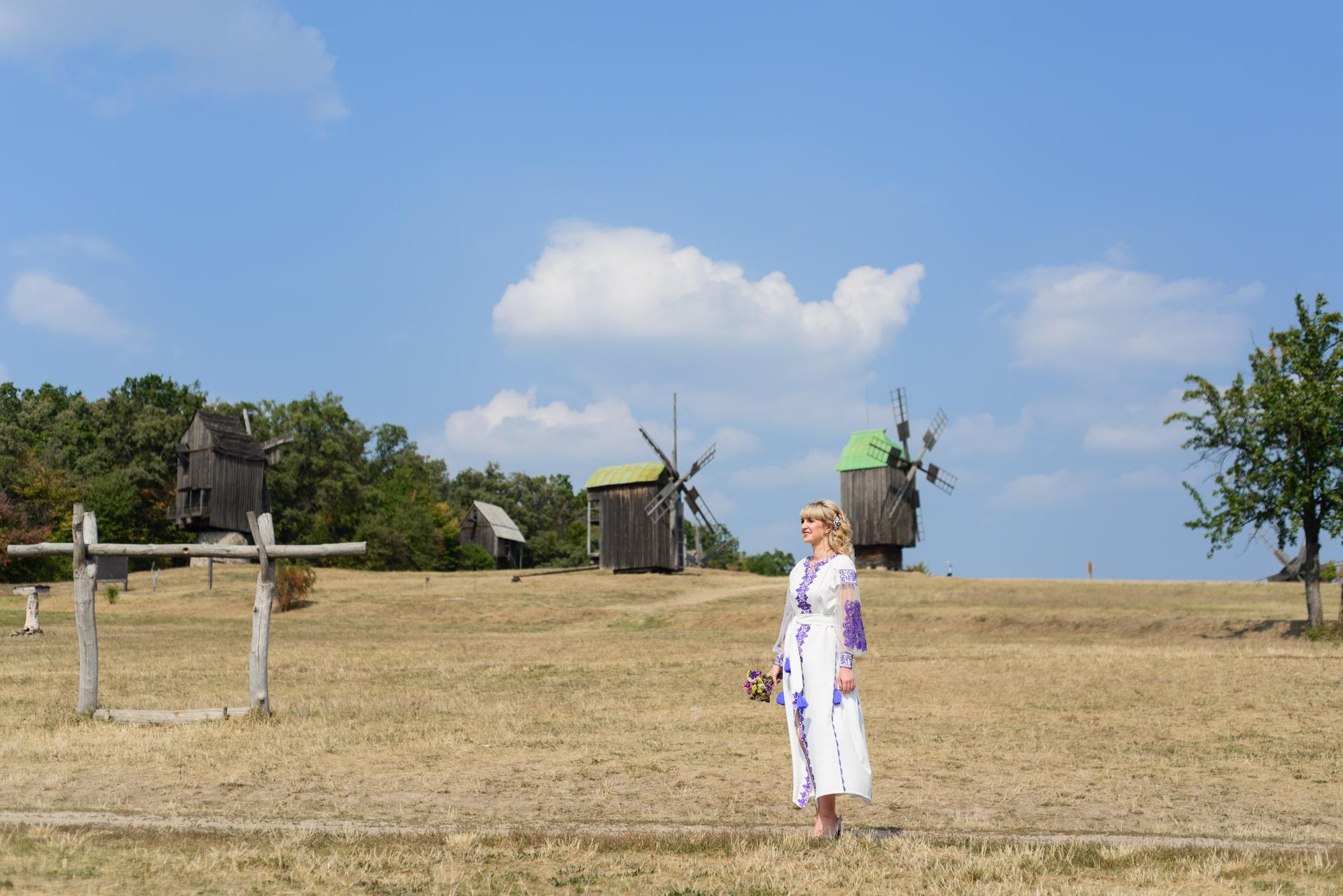 Свадебная фотосессия в Пирогово - невеста в поле с мельницами