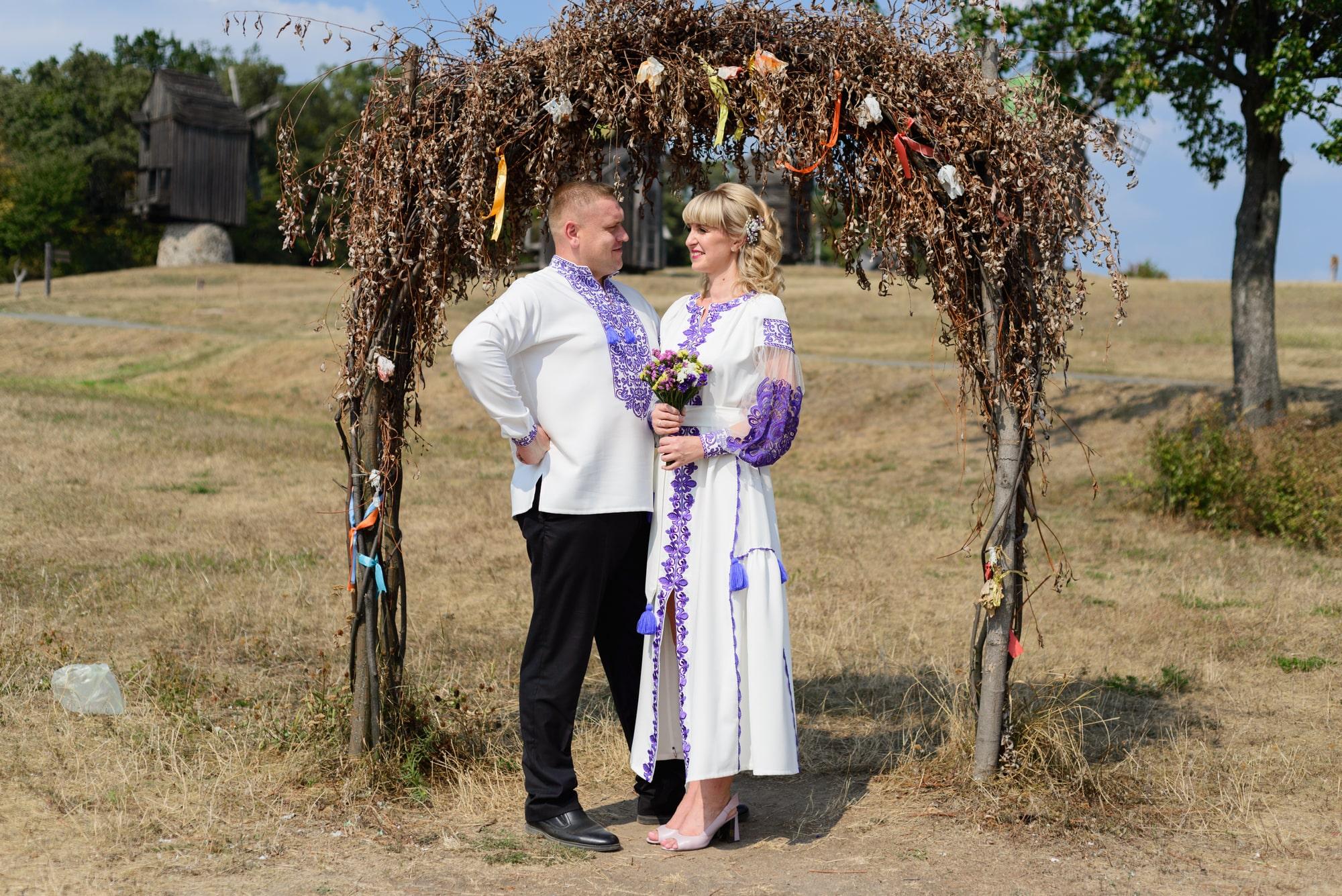 Свадебная фотосессия в Пирогово - двое под аркой
