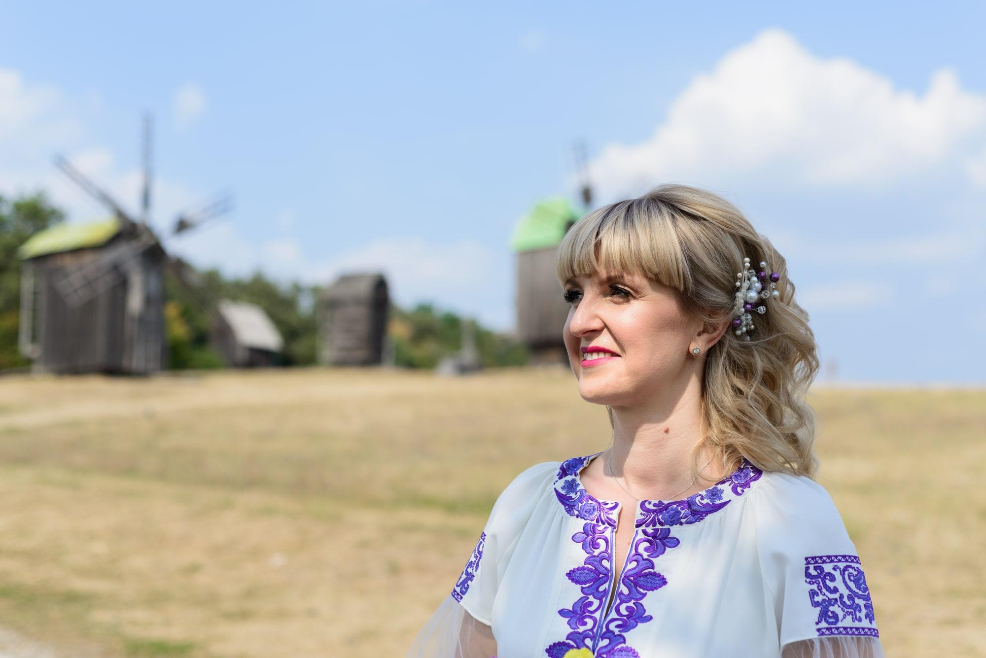 Свадебная фотосессия в Пирогово - фото невесты с мельницами