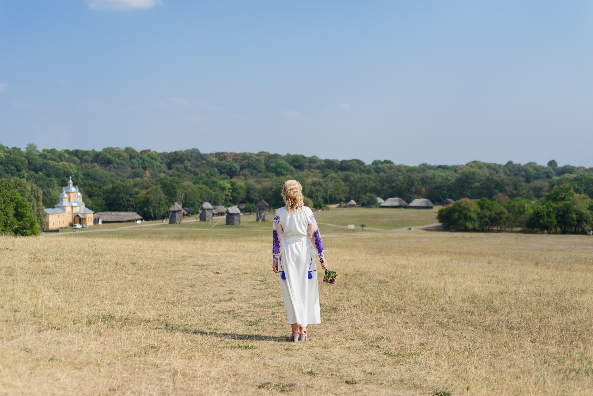 Свадебная фотосессия в Пирогово - девушка в поле