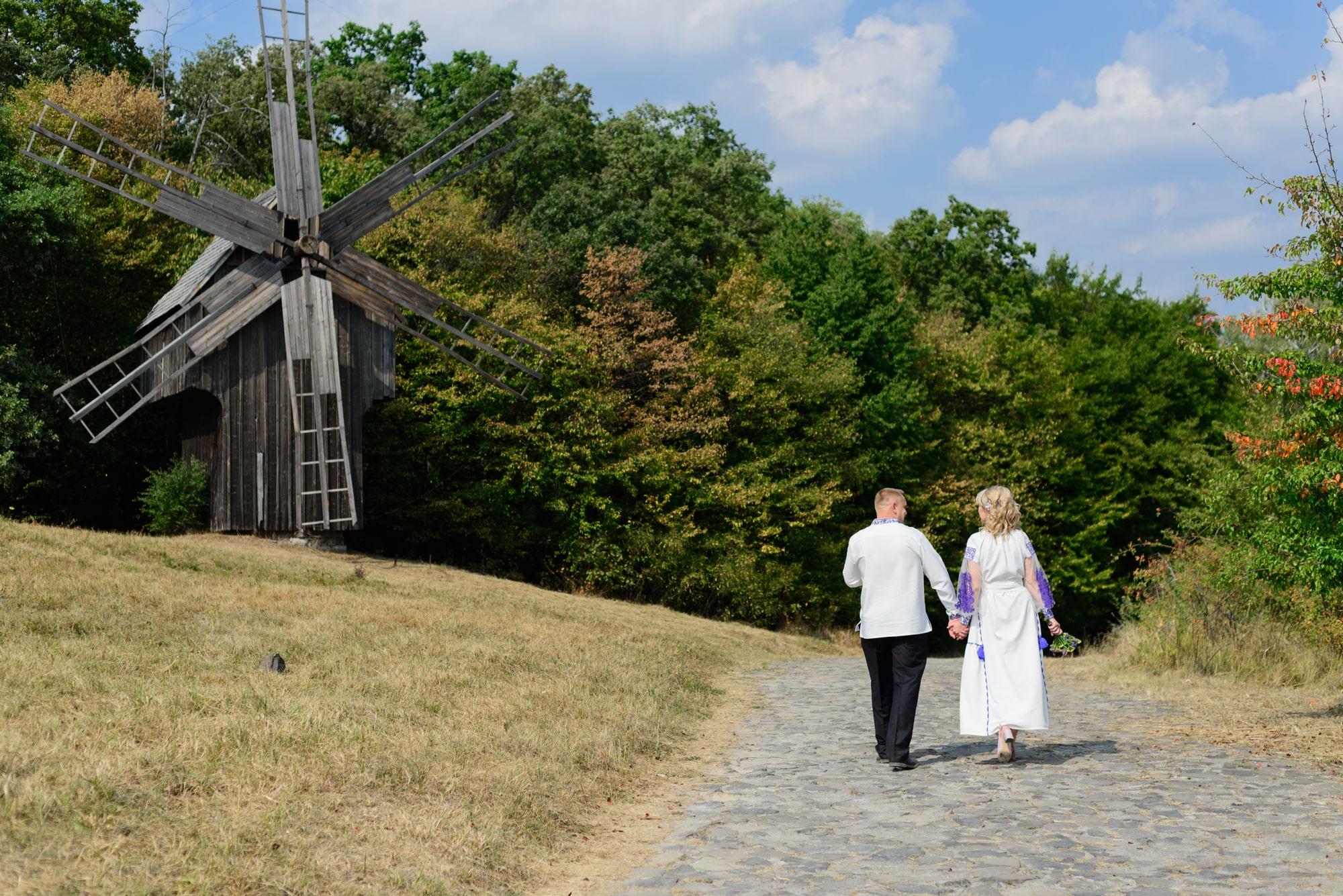 Свадебная фотосессия в Пирогово - на дороге
