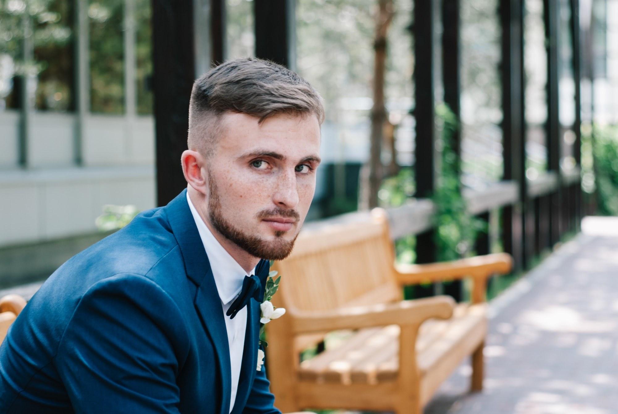Жених задумался на скамейке - Фотограф Киев - Женя Лайт