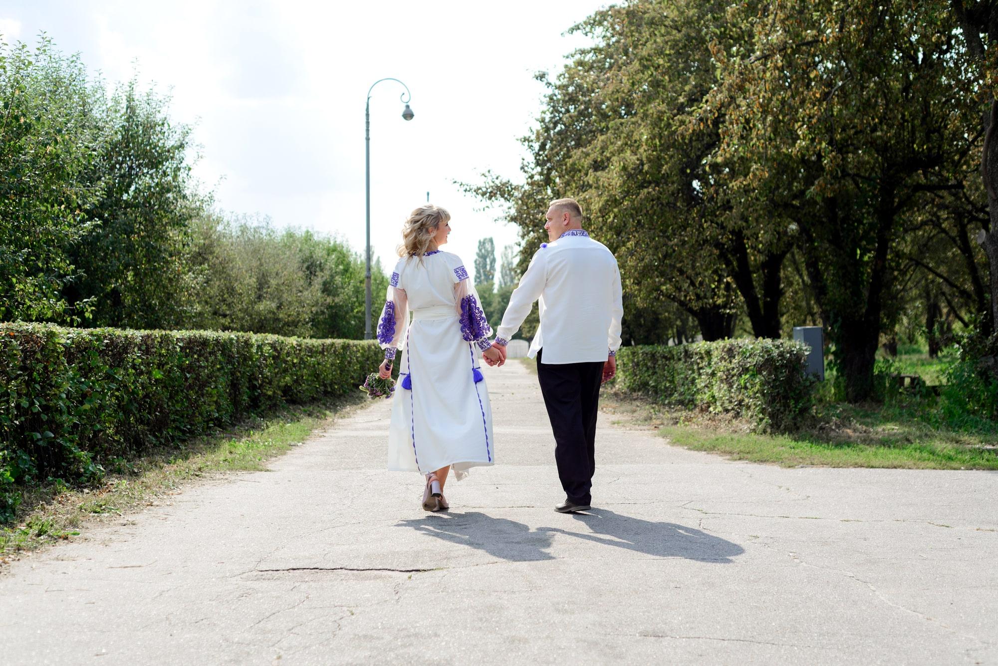 Свадебная фотосессия на Вднх - на дороге