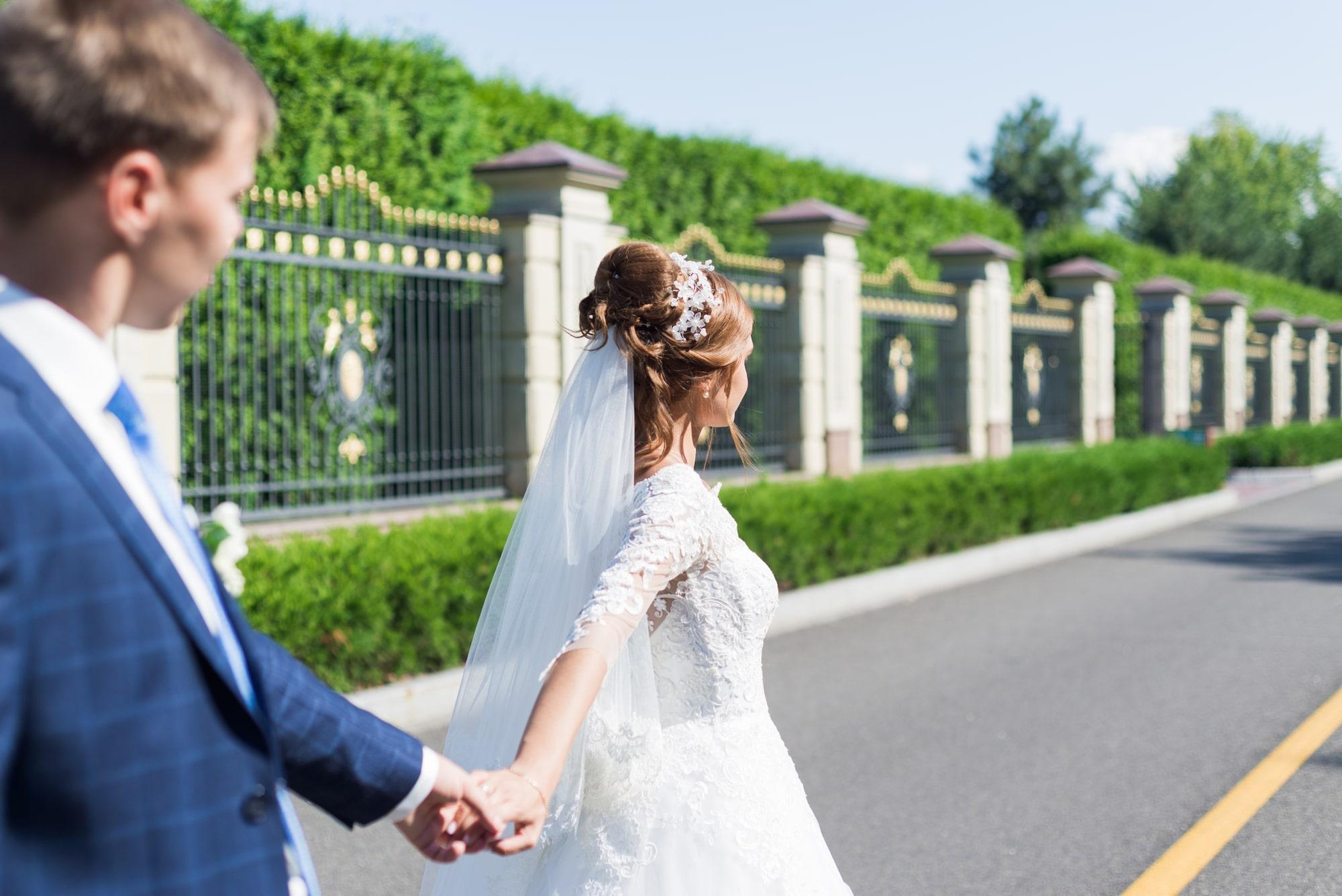 Свадебная фотосъемка в Межигорье - невеста дердит жениха