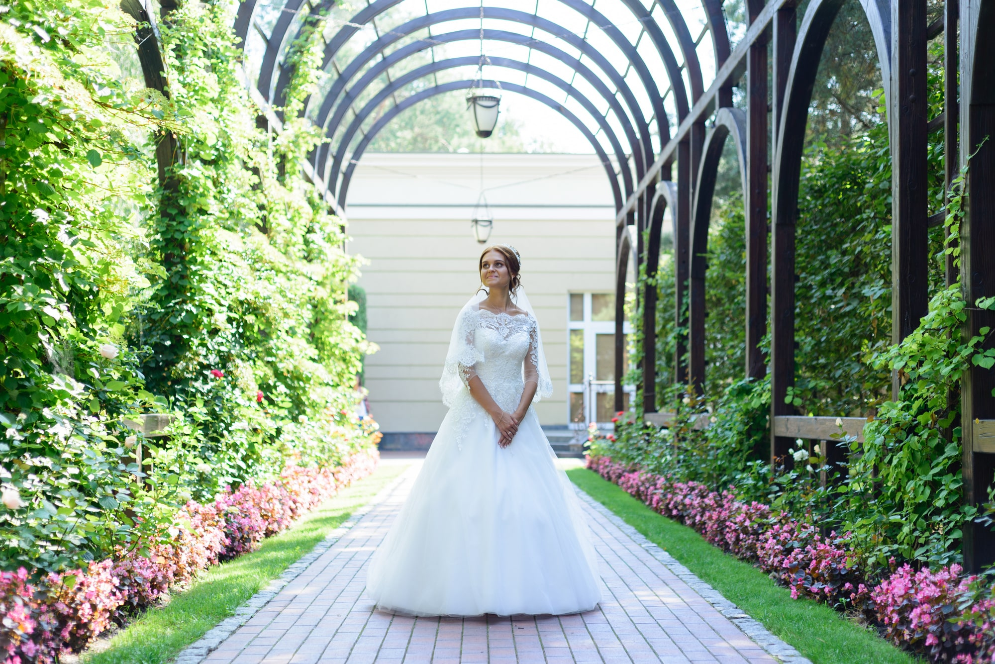 Свадебная фотосъемка в Межигорье - невеста в тени алеи