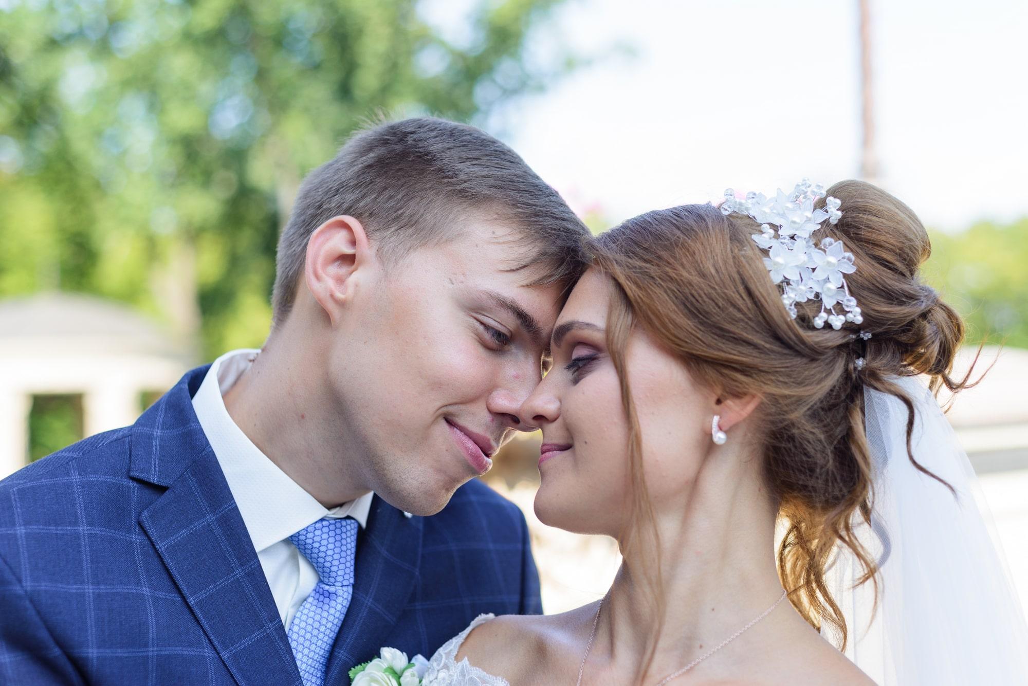 Свадебная фотосъемка в Межигорье - нежность молодоженов
