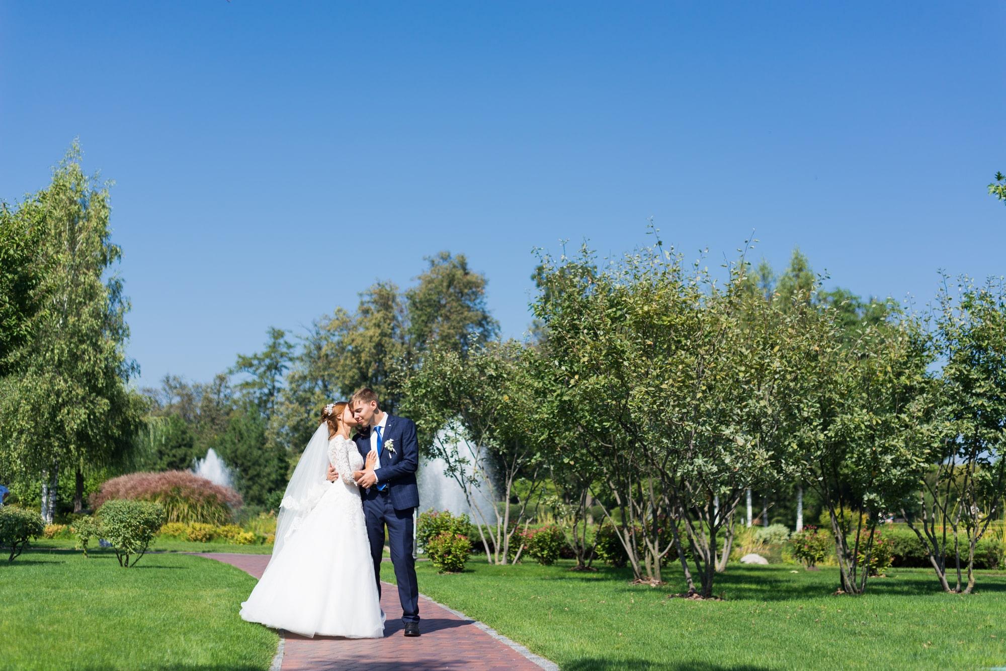 Свадебная фотосъемка в Межигорье - на тропинке