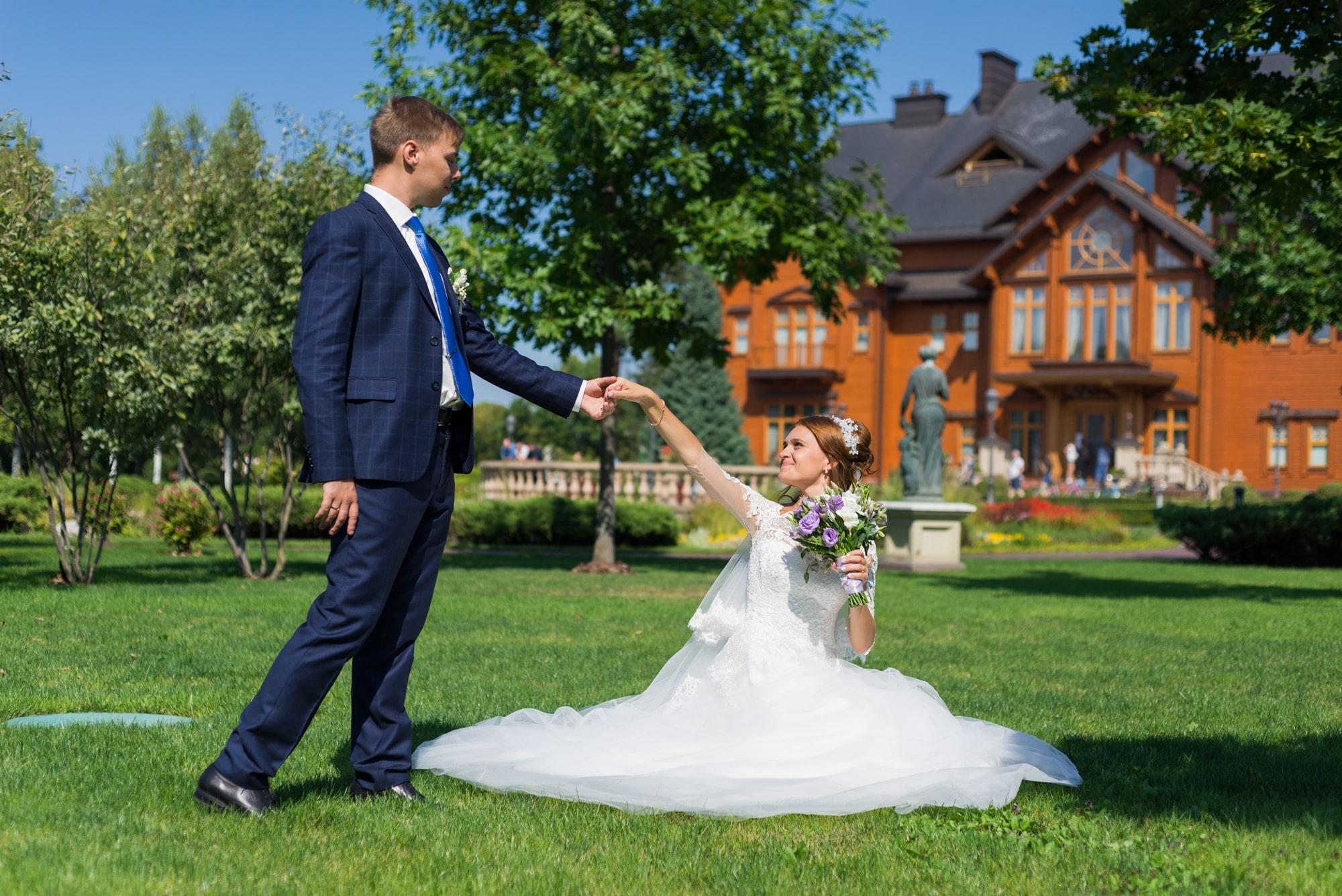 Свадебная фотосъемка в Межигорье - жених протянул руку невесте