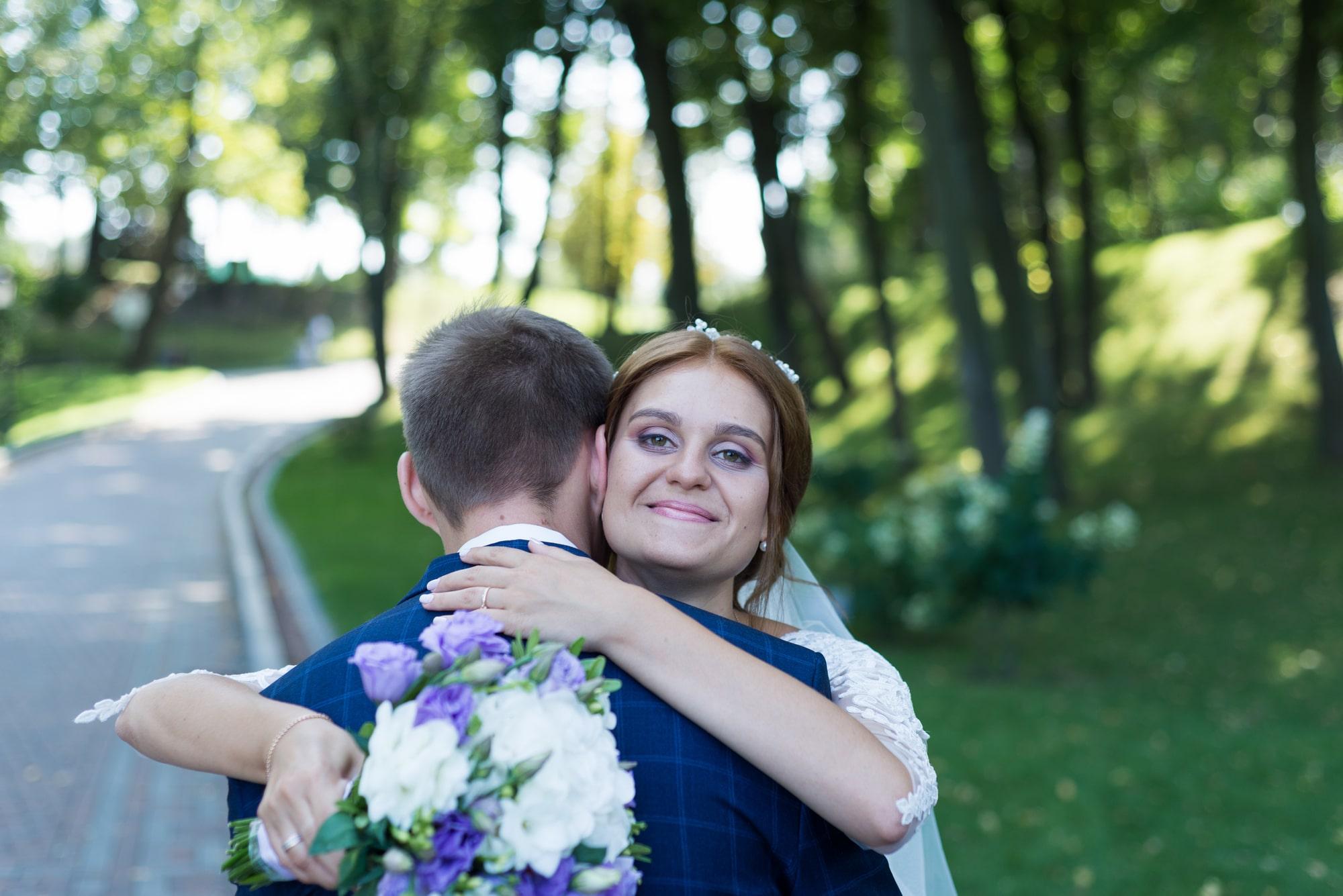 Свадебная фотосъемка в Межигорье - невеста обнимает жениха