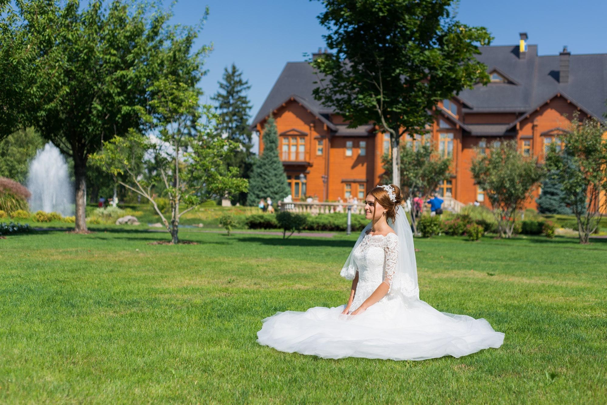 Свадебная фотосъемка в Межигорье - невеста сидит на траве