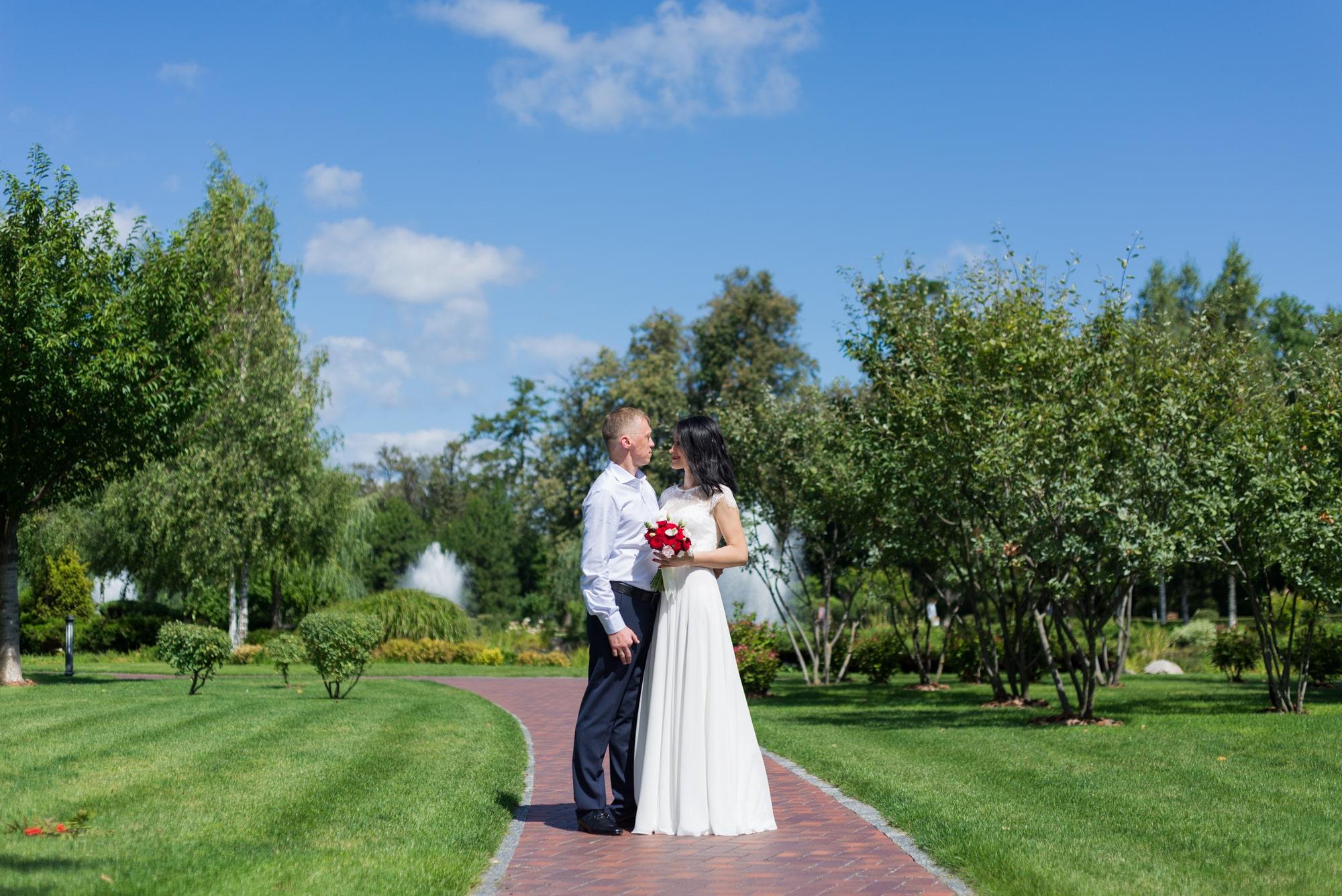 Свадебная фотосъемка в августе - на лужайке