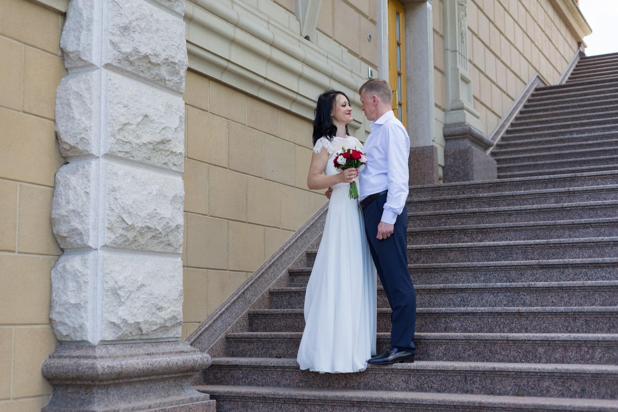 Свадебная фотосъемка в августе - молодожены на ступеньках