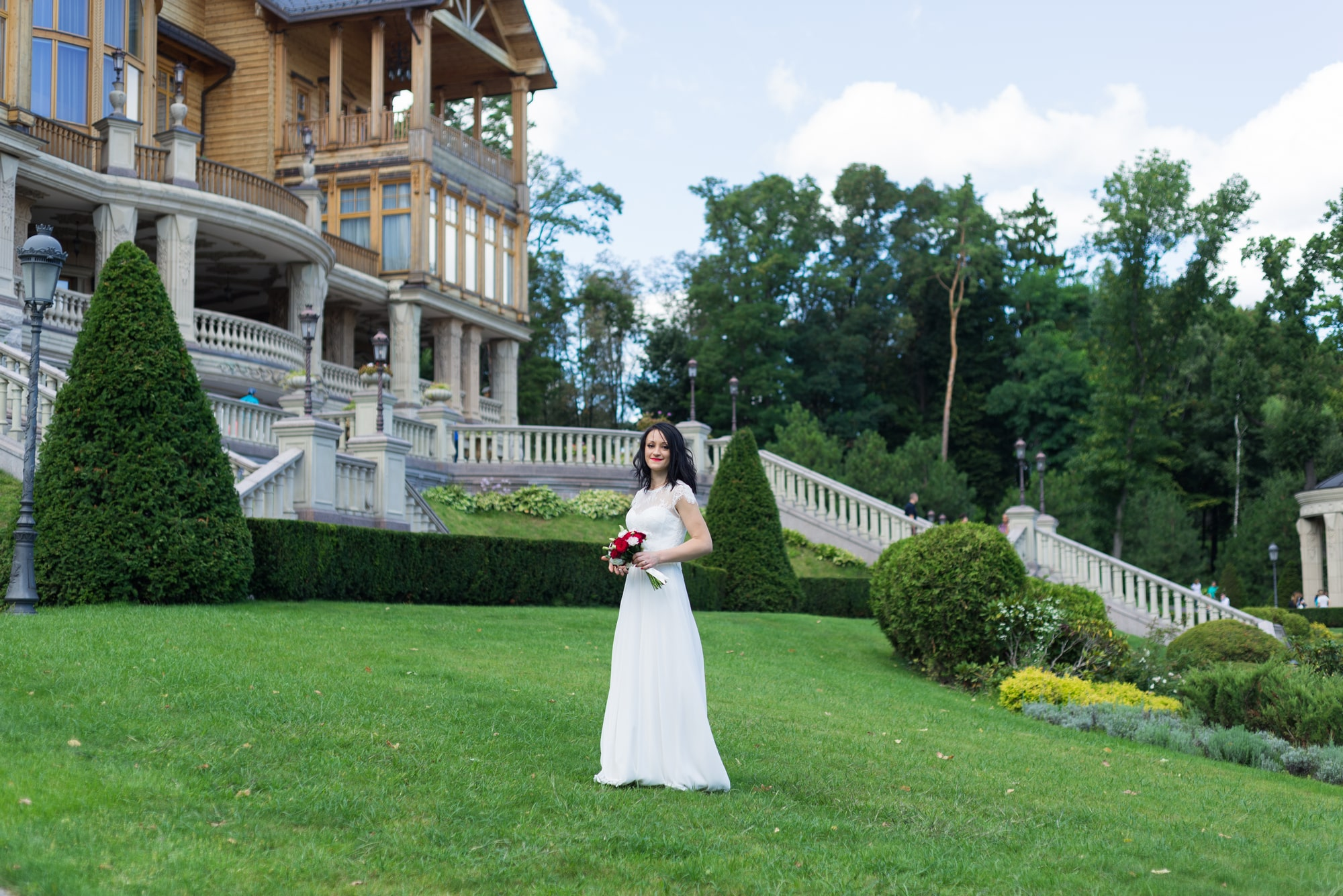 Свадебная фотосъемка в августе - невеста на травке