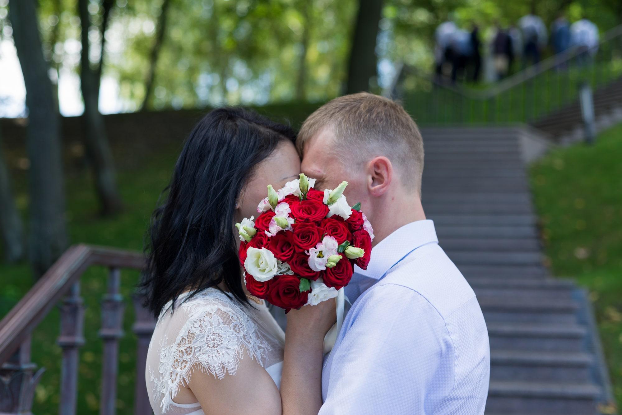 Свадебная фотосъемка в августе - поцелуй за букетом