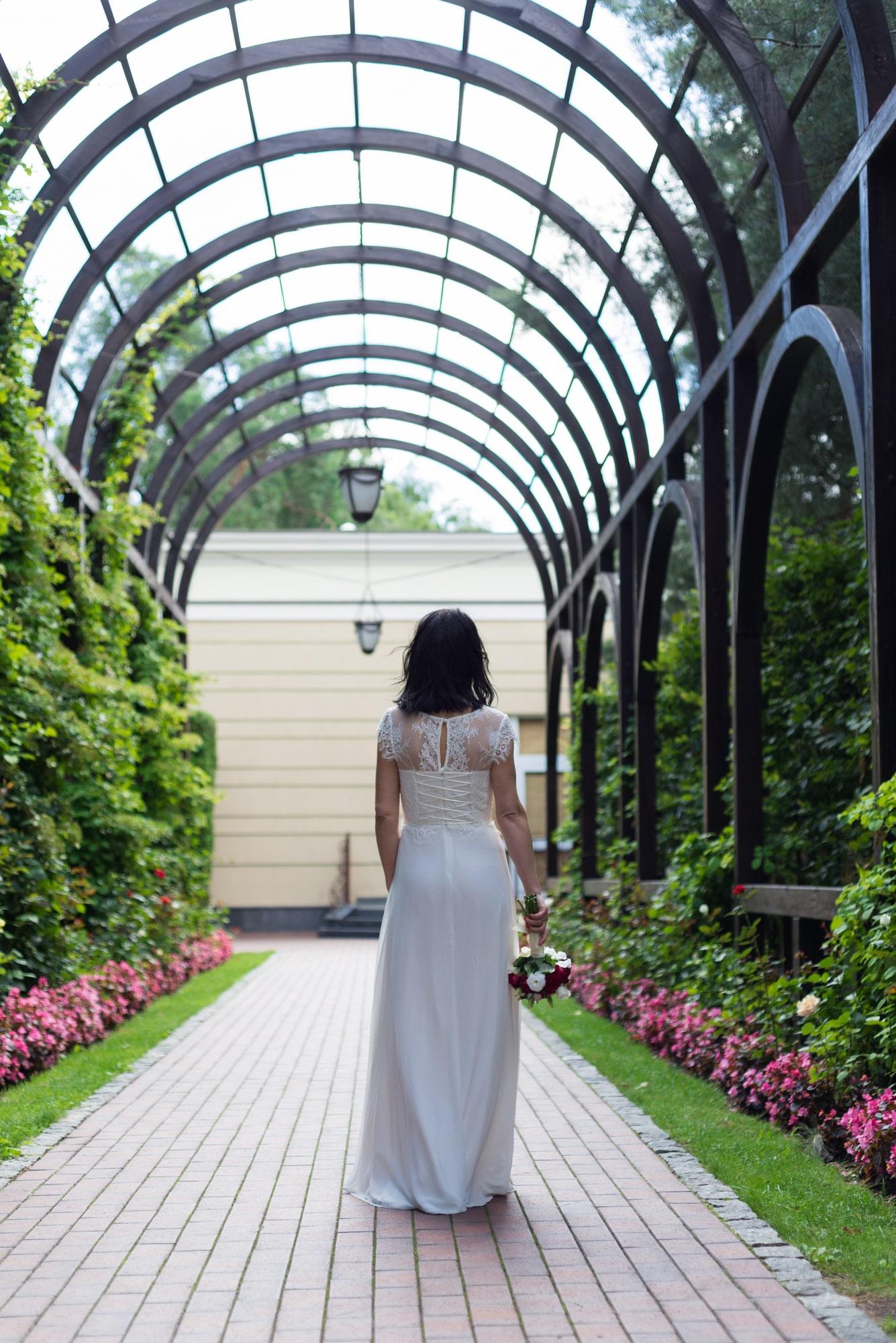 Свадебная фотосъемка в августе - невеста позирует спиной