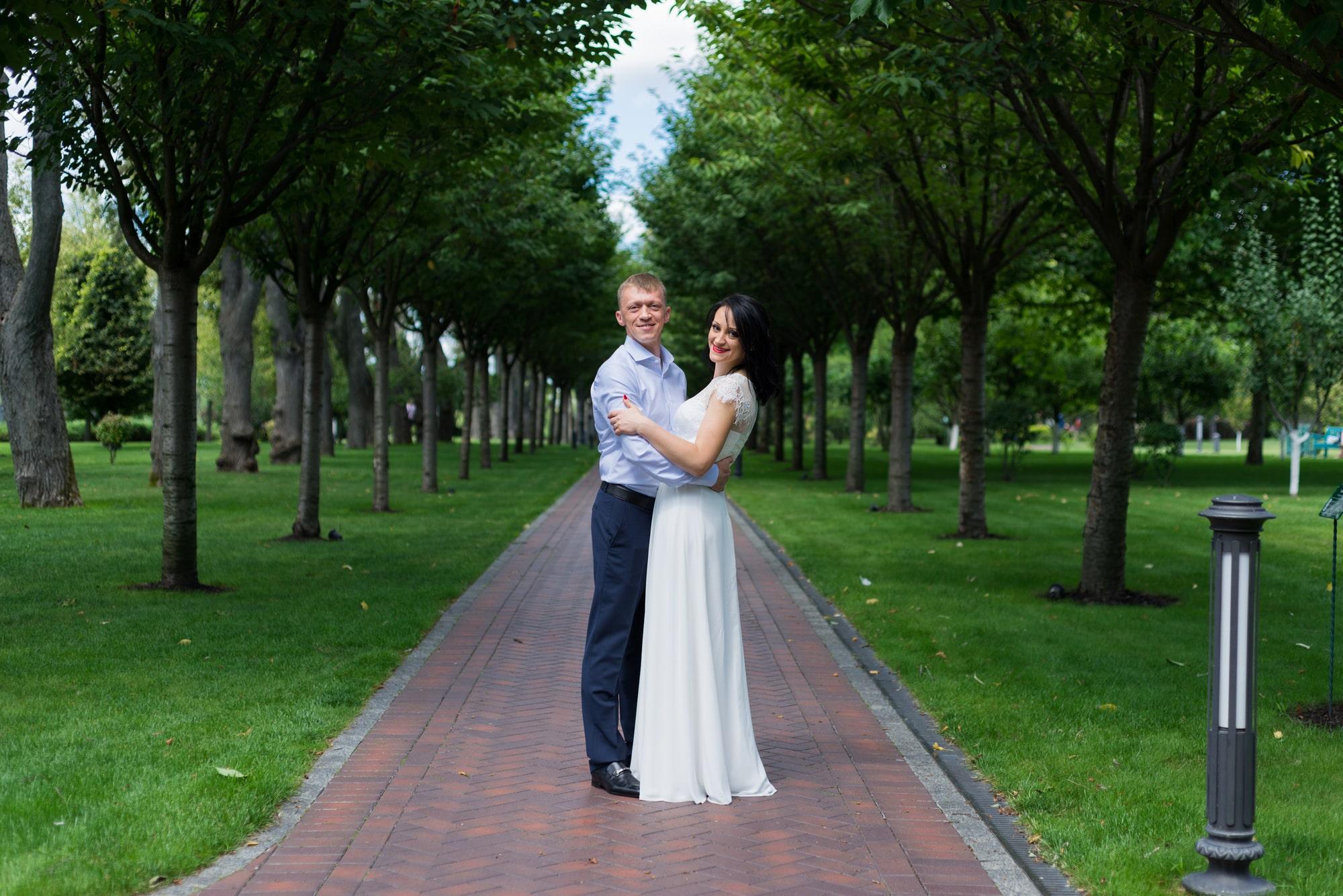 Свадебная фотосъемка в августе - новая семья в парке