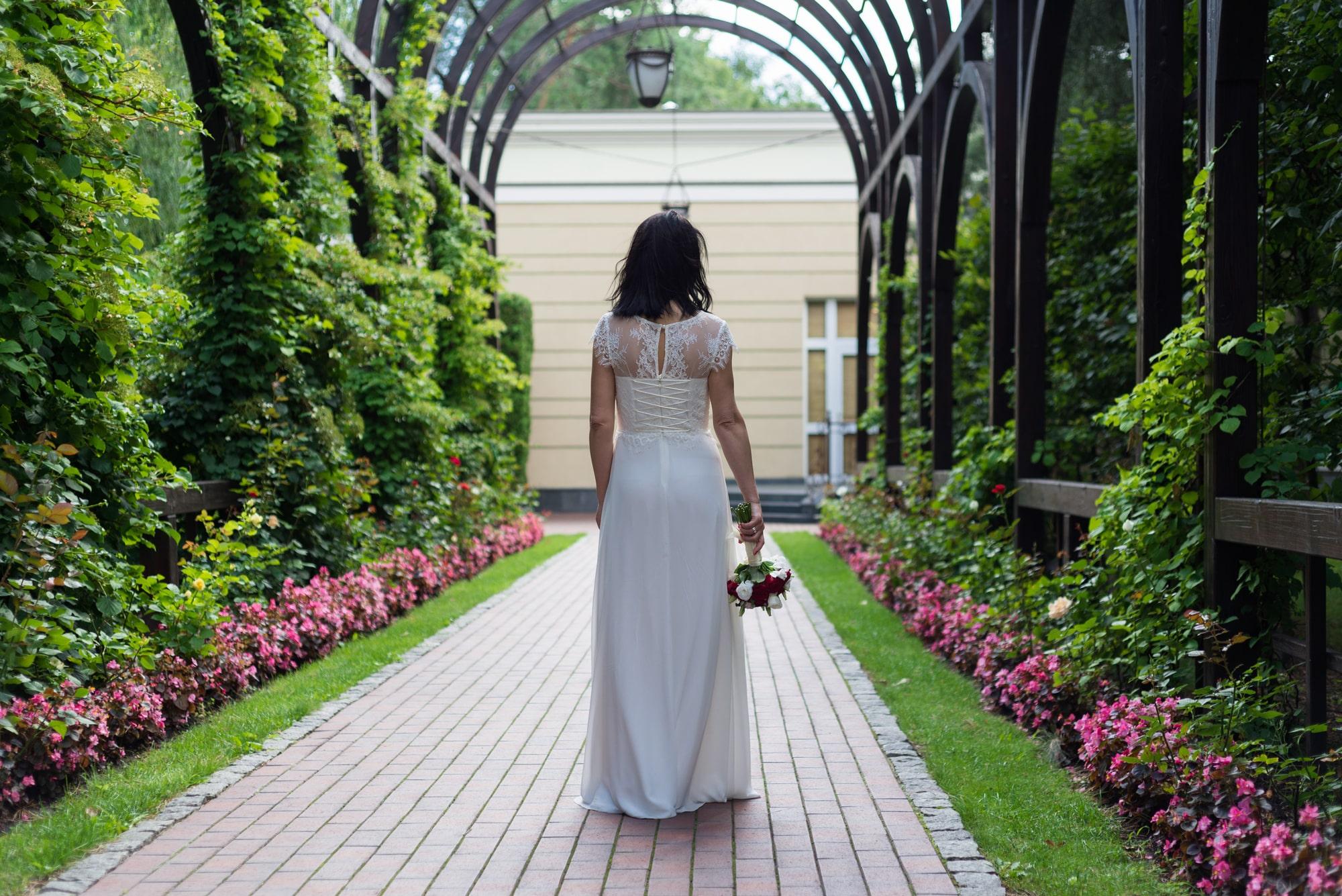 Свадебная фотосъемка в августе - невеста в алее