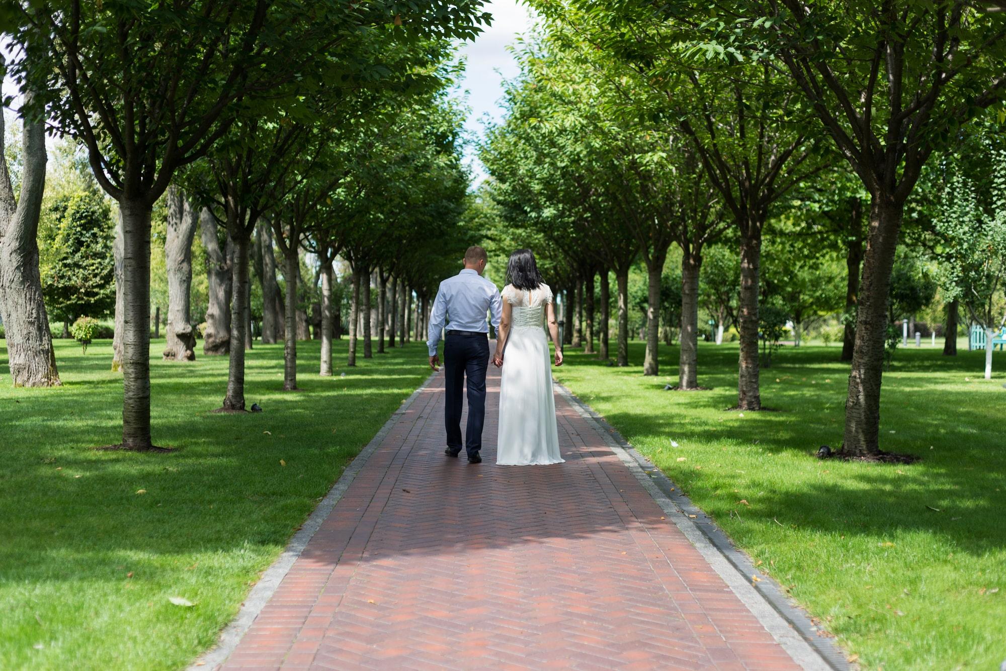 Свадебная фотосъемка в августе - под тенью деревьев
